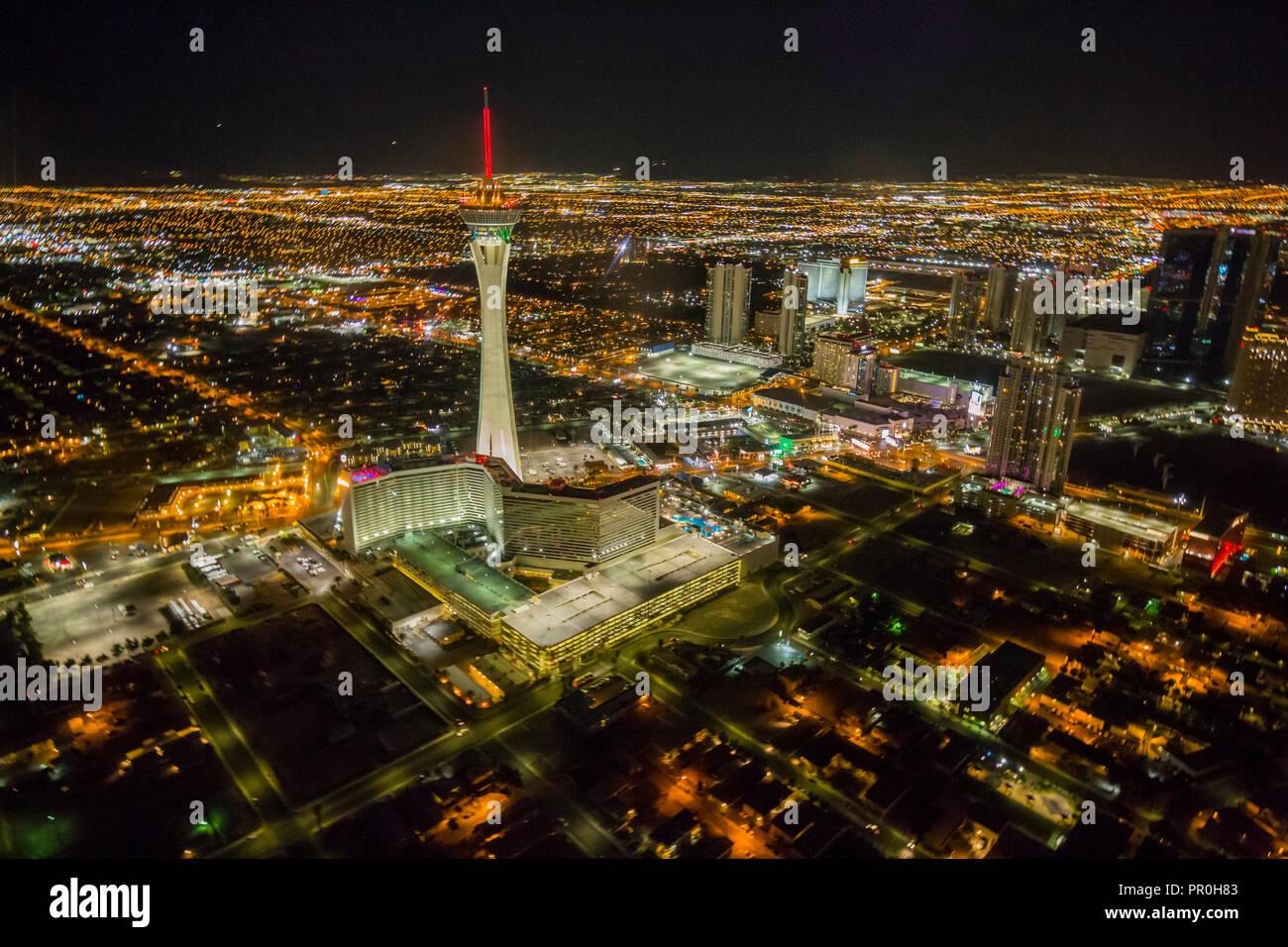 Vue sur Las Vegas et la stratosphère Tower à partir d'hélicoptères de la nuit, Las Vegas, Nevada, États-Unis d'Amérique, Amérique du Nord Banque D'Images
