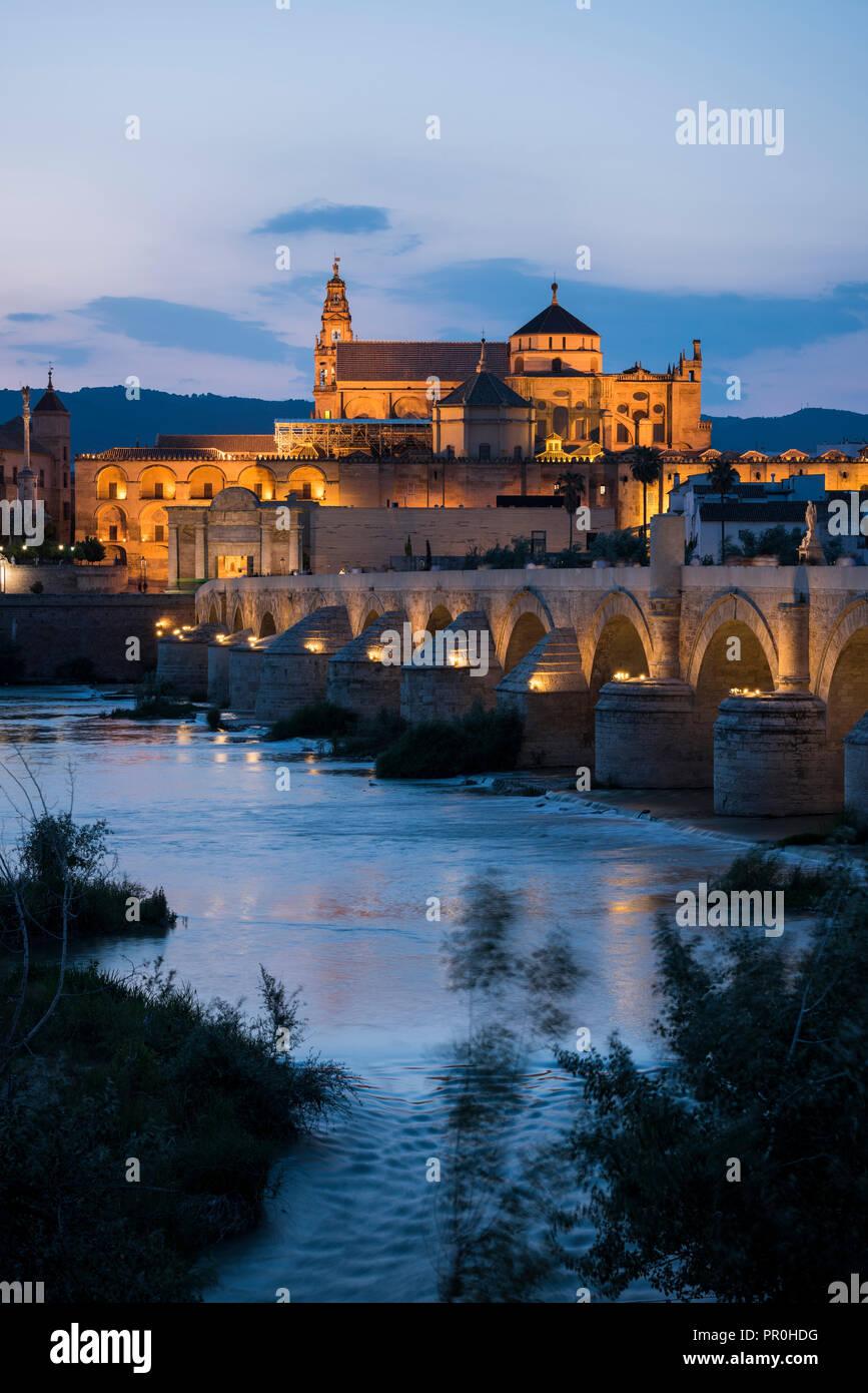 La Cathédrale et la Grande Mosquée de Cordoue (mezquita) et du pont romain au crépuscule, UNESCO World Heritage Site, Cordoue, Andalousie, Espagne, Europe Photo Stock