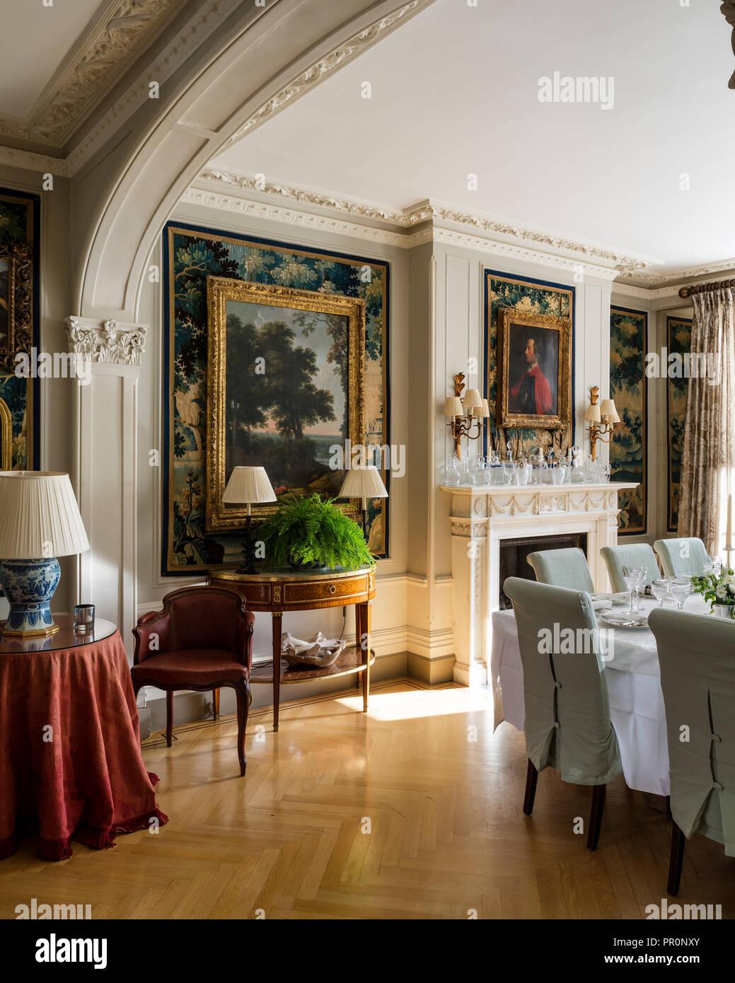 Table à manger carrée avec des peintures à l'huile et table demi-lune xixe siècle, verdure tapestry décoratifs Photo Stock