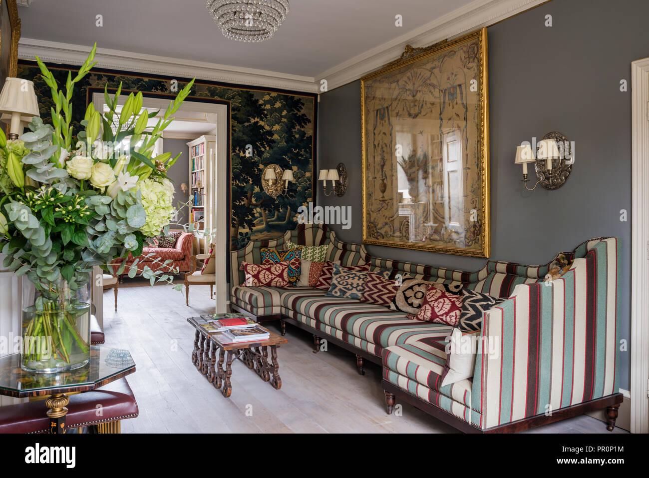 18e siècle 19e siècle français avec tapisserie tapisserie verdure et Panneaux capitonnés banquette avec Andrew Martin stripe Photo Stock