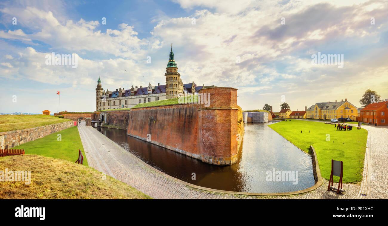 Vue panoramique sur le château de Kronborg avec de l'eau canal et fortifications murs. Elseneur, Danemark Photo Stock