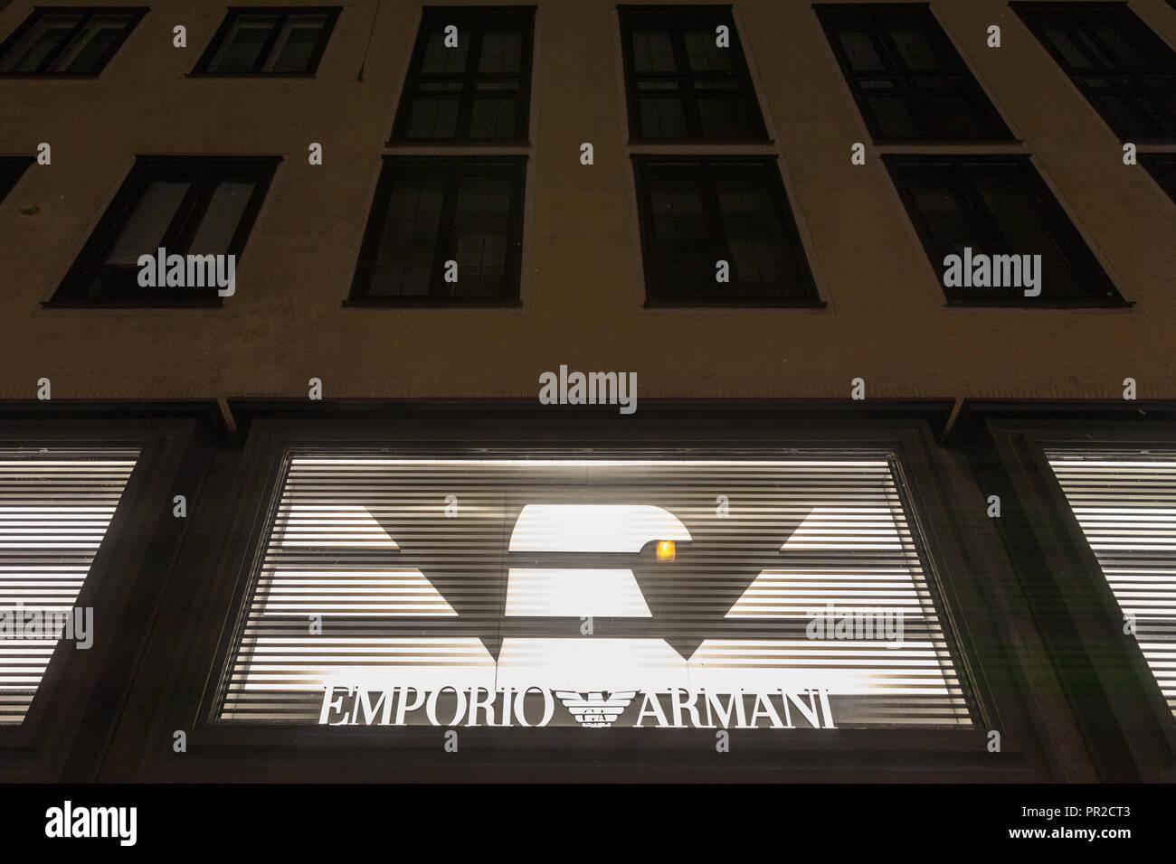 MUNICH, ALLEMAGNE - le 17 décembre 2017   Emporio Armani logo sur leur  magasin principal de3fa9abef65