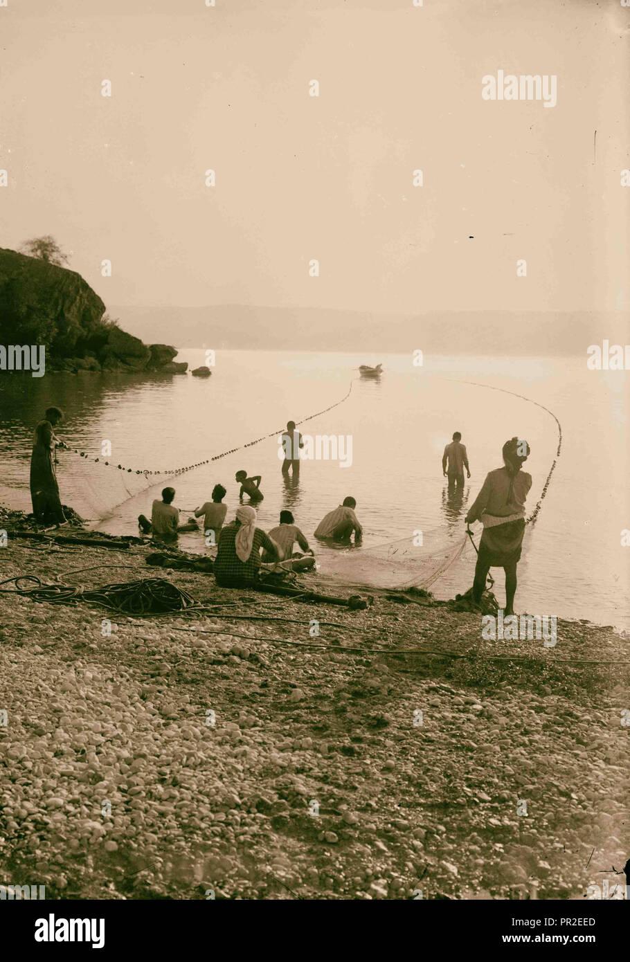 """Ensemble de choix, 13 diapositives illustrant la Mer de Galilée et ses pêcheurs toujours 'peinant avec leurs filets."""" Photo Stock"""