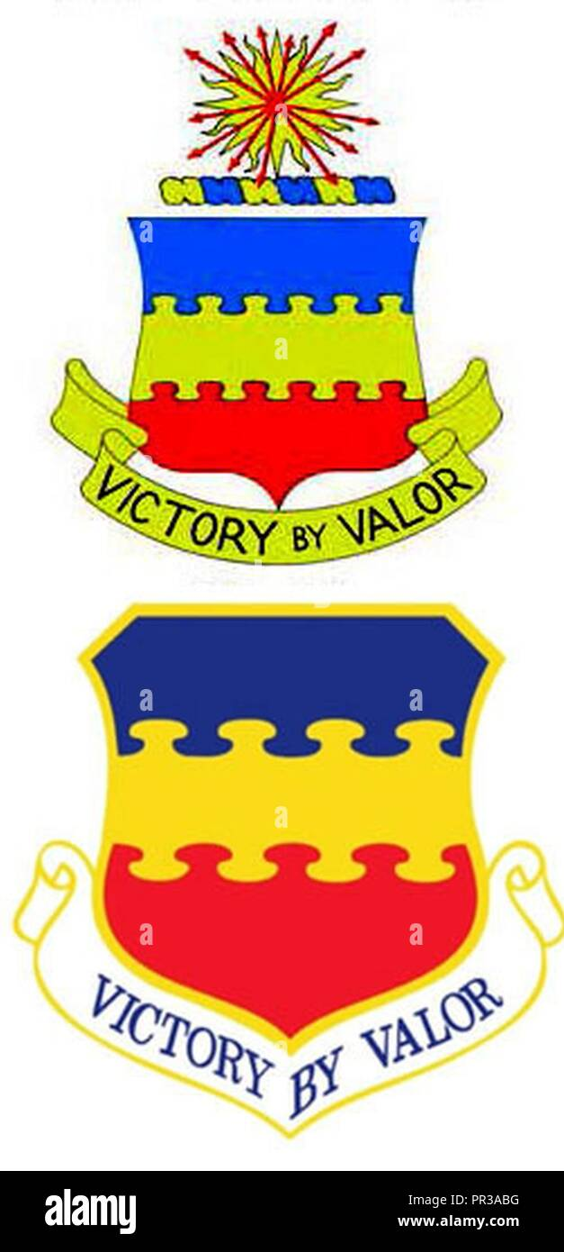 """Le 20e Groupe de recherche, le Groupe de chasse et de l'insigne du Groupe Fighter-Bomber 1934-1955, haut, et la 20e Escadre de chasse insignes de 1991 à aujourd'hui. La partie bleue de la crête représente le ciel, le principal théâtre des opérations de la Force aérienne, la partie jaune représente le soleil et l'excellence des membres de la Force aérienne, et la partie rouge représente le courage et la bravoure mettant en relief l'aile, la devise """"la victoire par la vaillance,"""" affiché sous les protections. Banque D'Images"""