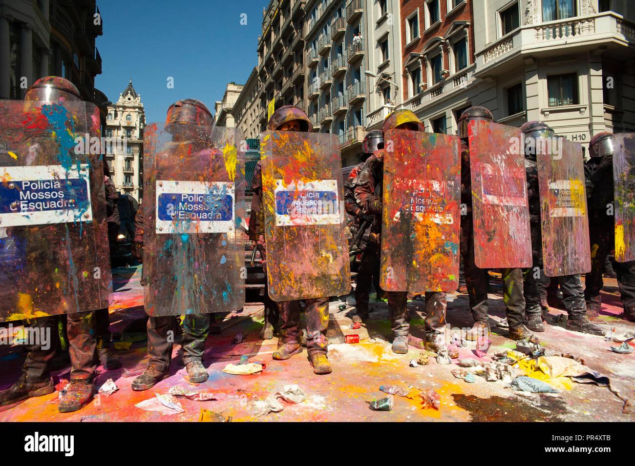 Barcelone. 29 Septembre, 2018. La Catalogne des partisans de l'indépendance du conflit avec les Mossos d'Esquadra policiers comme ils protestent contre une manifestation pour commémorer leur opération pour empêcher la Catalogne 2017 Référendum sur l'indépendance. Crédit: Charlie Pérez / Alamy Live News Banque D'Images