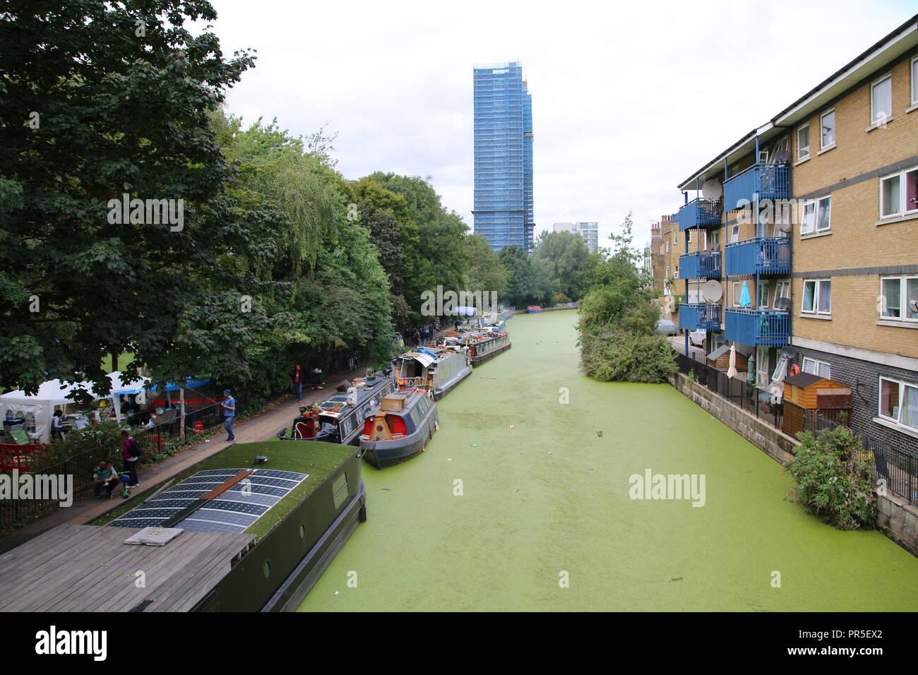 Londres, Royaume-Uni - 27 août 2018: Rangées de péniches et bateaux étroits sur le canal banks Banque D'Images