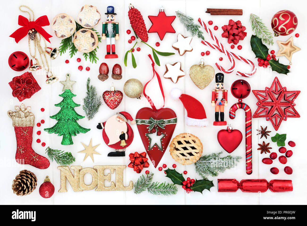 Noël arrière-plan avec noel sign, rétro et nouvelles décorations babiole, des cannes de bonbon, mince pies, flore d'hiver, des rubans et des arcs sur des bois blanc rustique. Photo Stock