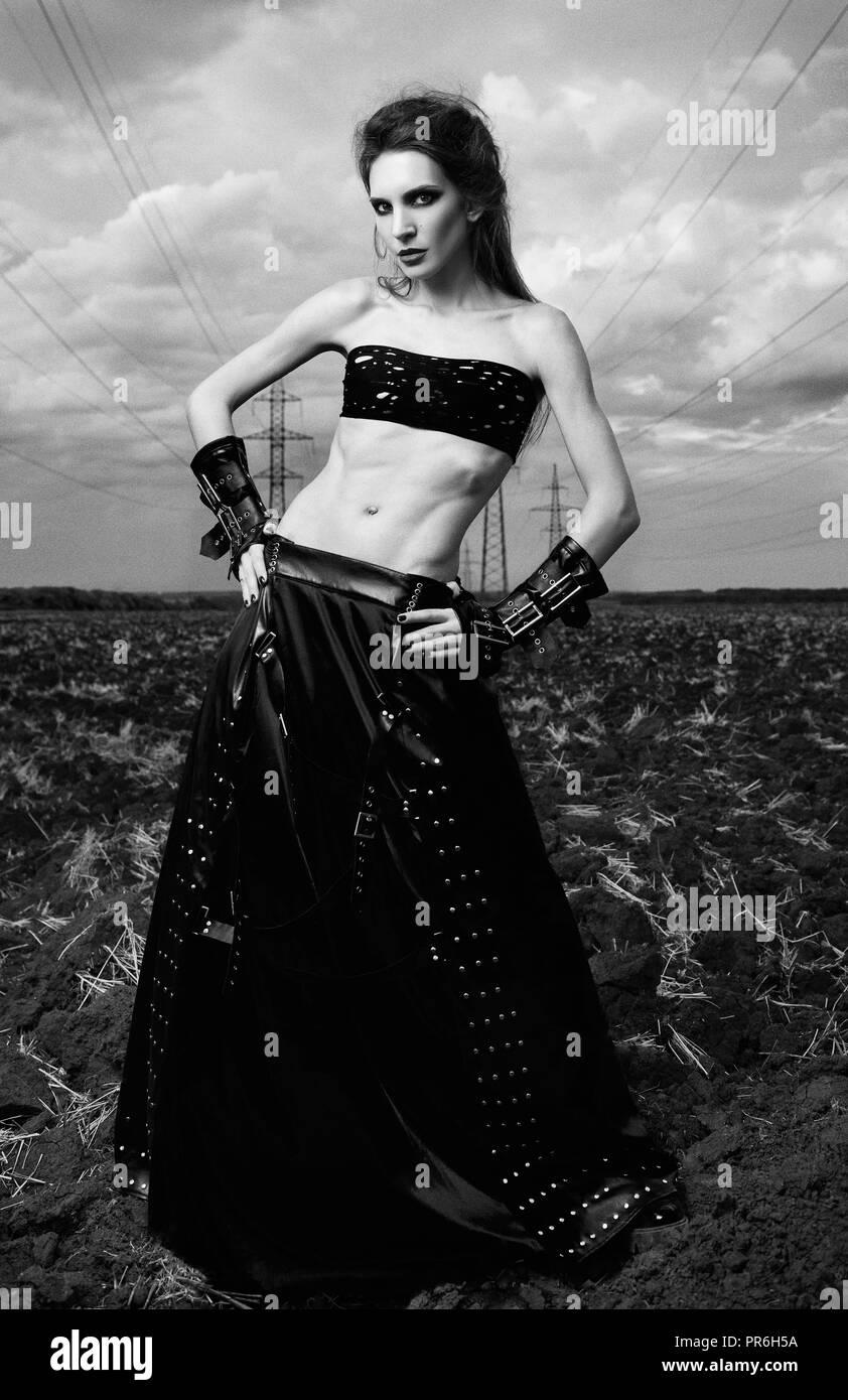 2407637538f Informelle   la jolie jeune femme gothique élancée vêtue de noir jupe en  cuir et des