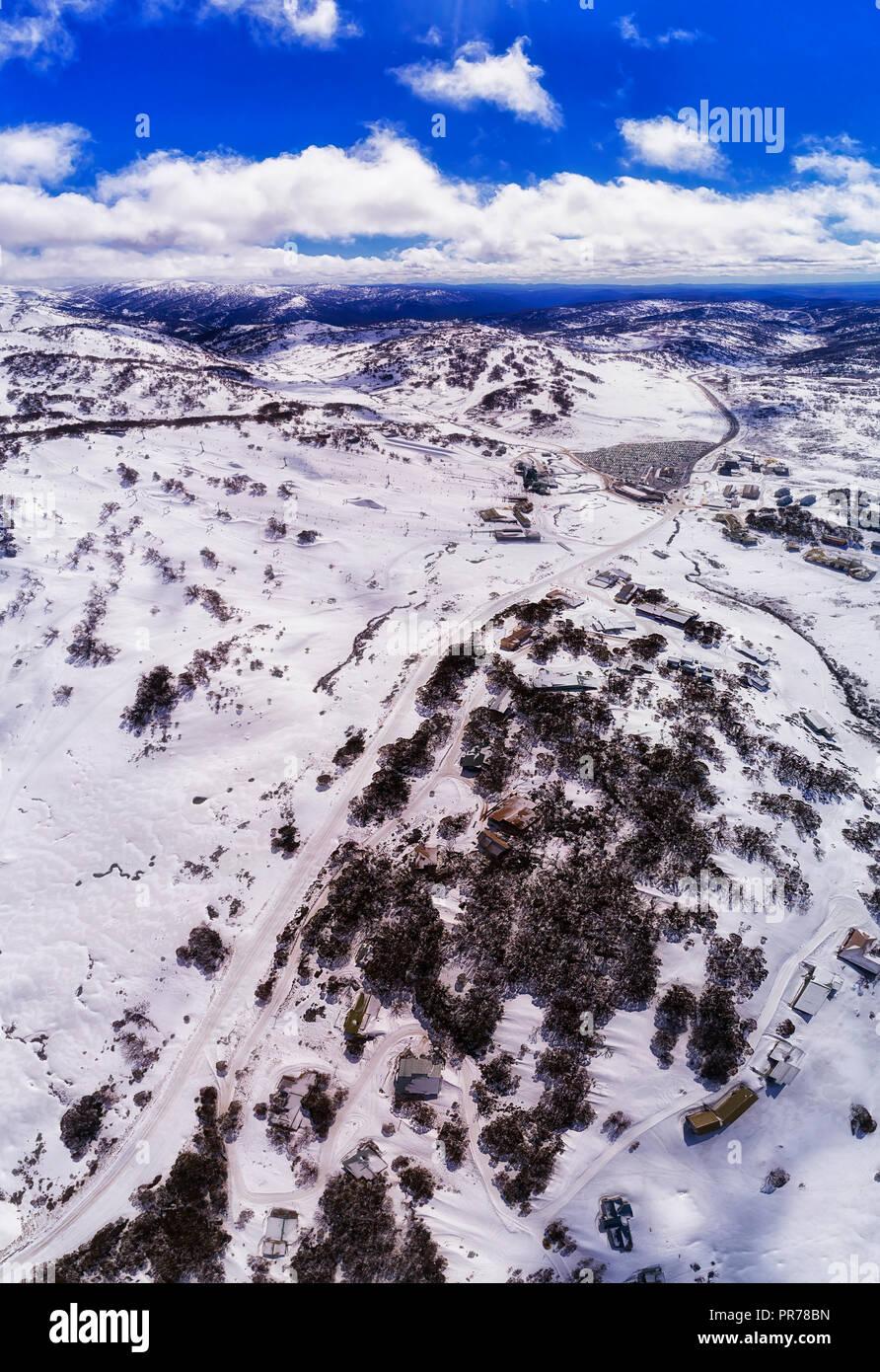 World village reculé de Perisher valley haut dans les montagnes enneigées de l'Australie au cours de l'hiver saison de ski avec beaucoup de neige sur les pentes de la station. Banque D'Images