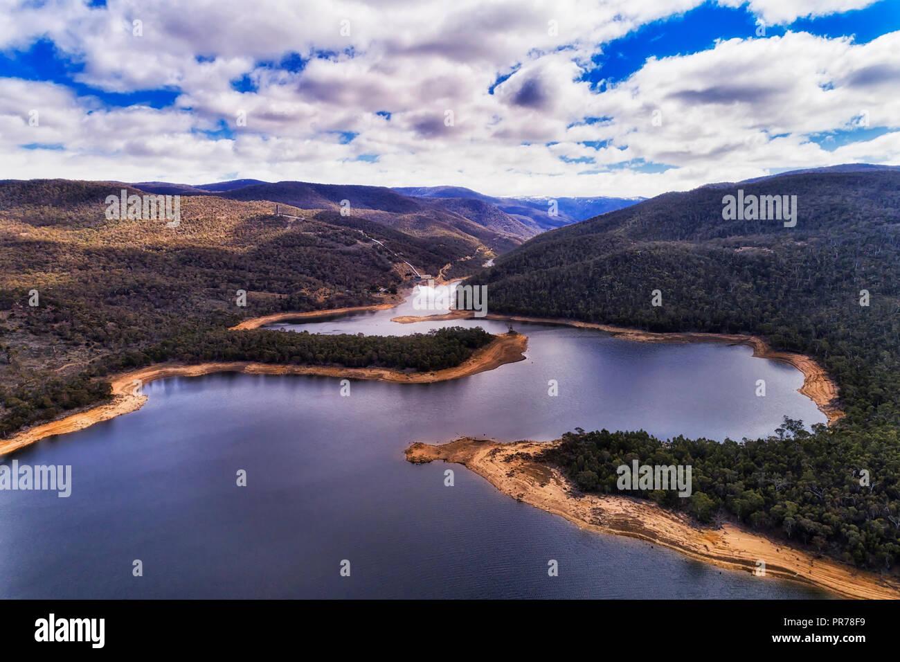 Delta de la rivière SNowy entrant dans l'eau douce du lac Jindabyne réservoir formé par le barrage de Jindabyne élevé dans les montagnes enneigées de l'Australie. Photo Stock