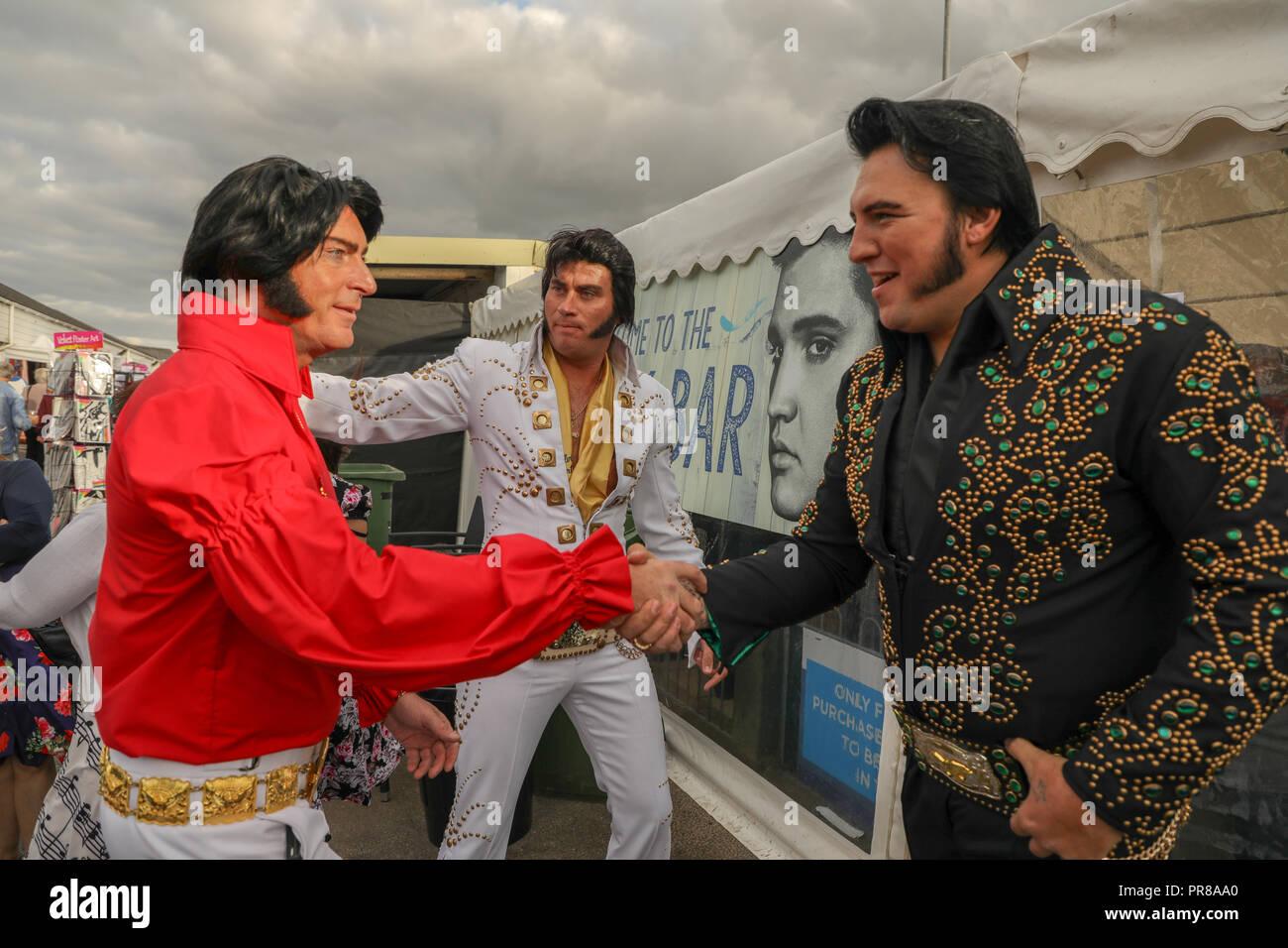 Porthcawl, Pays de Galles, Royaume-Uni. 30 septembre 2018.Les imitateurs d'Elvis, Doyen de Phoenix en blanc et Steve Knight en noir, assister à la 13e édition, le Festival Elvis Porthcawl Elvies. Credit: Haydn Denman/Alamy Live News Photo Stock