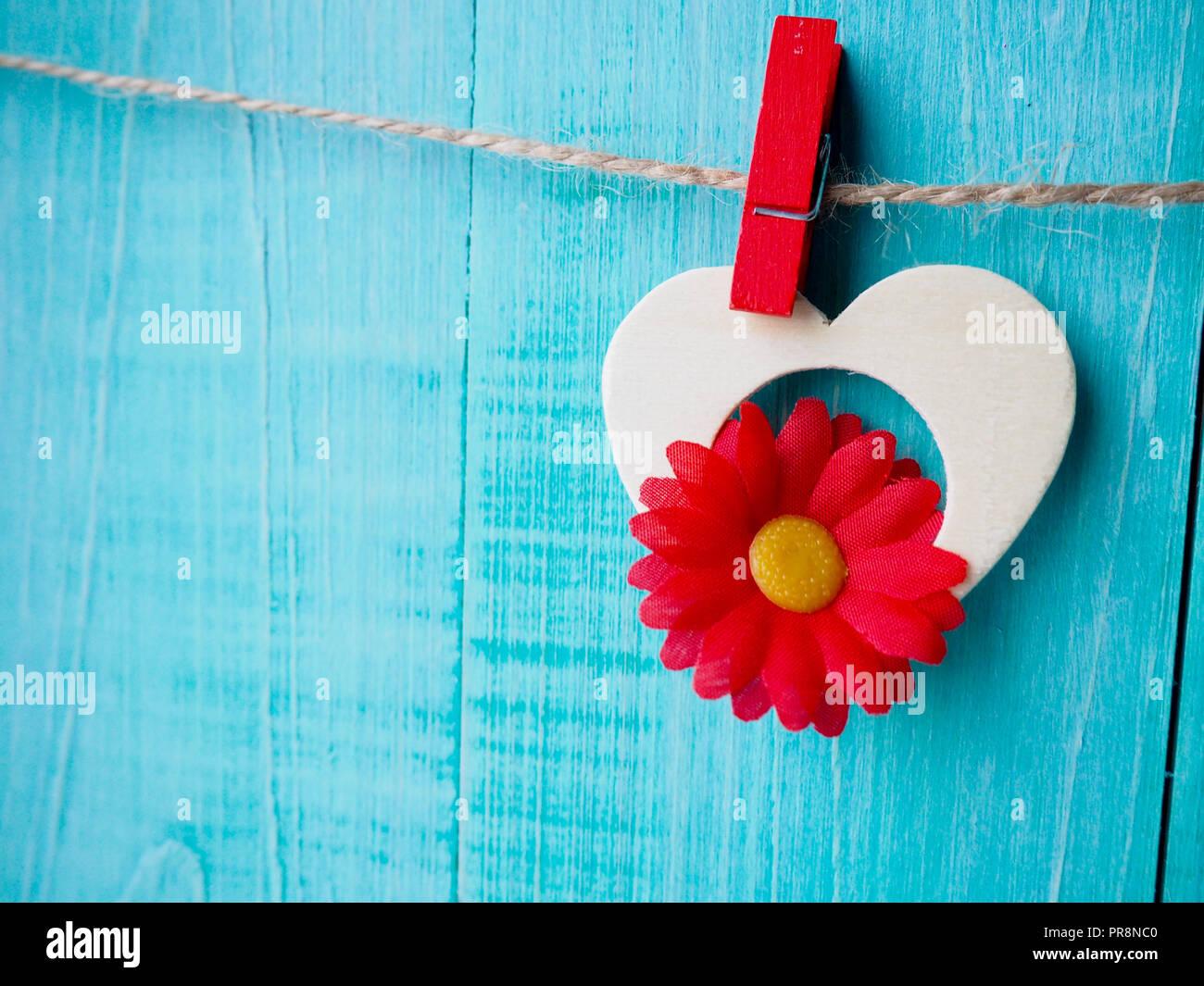 Vichy amour Saint Valentin coeurs rouge et cordon naturel suspendu à clips driftwood rustique texture background, copiez l'espace. Photo Stock