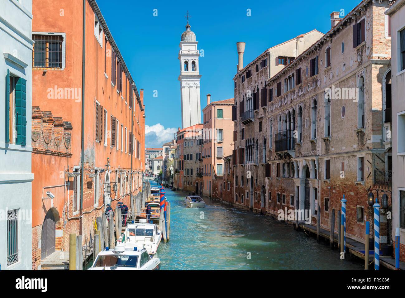 Vieux canal à Venise avec des bateaux stationnés près de bâtiments résidentiels, Italie Banque D'Images