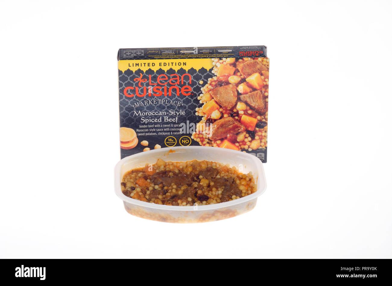 Cuisine maigre cuit boeuf épicé marché style marocain avec couscous Photo Stock