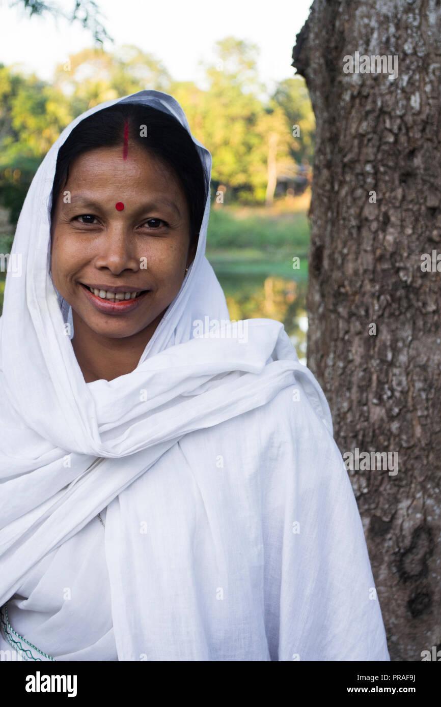 L'île de Majuli, dans l'Assam. Portrait de femme au centre religieux Banque D'Images