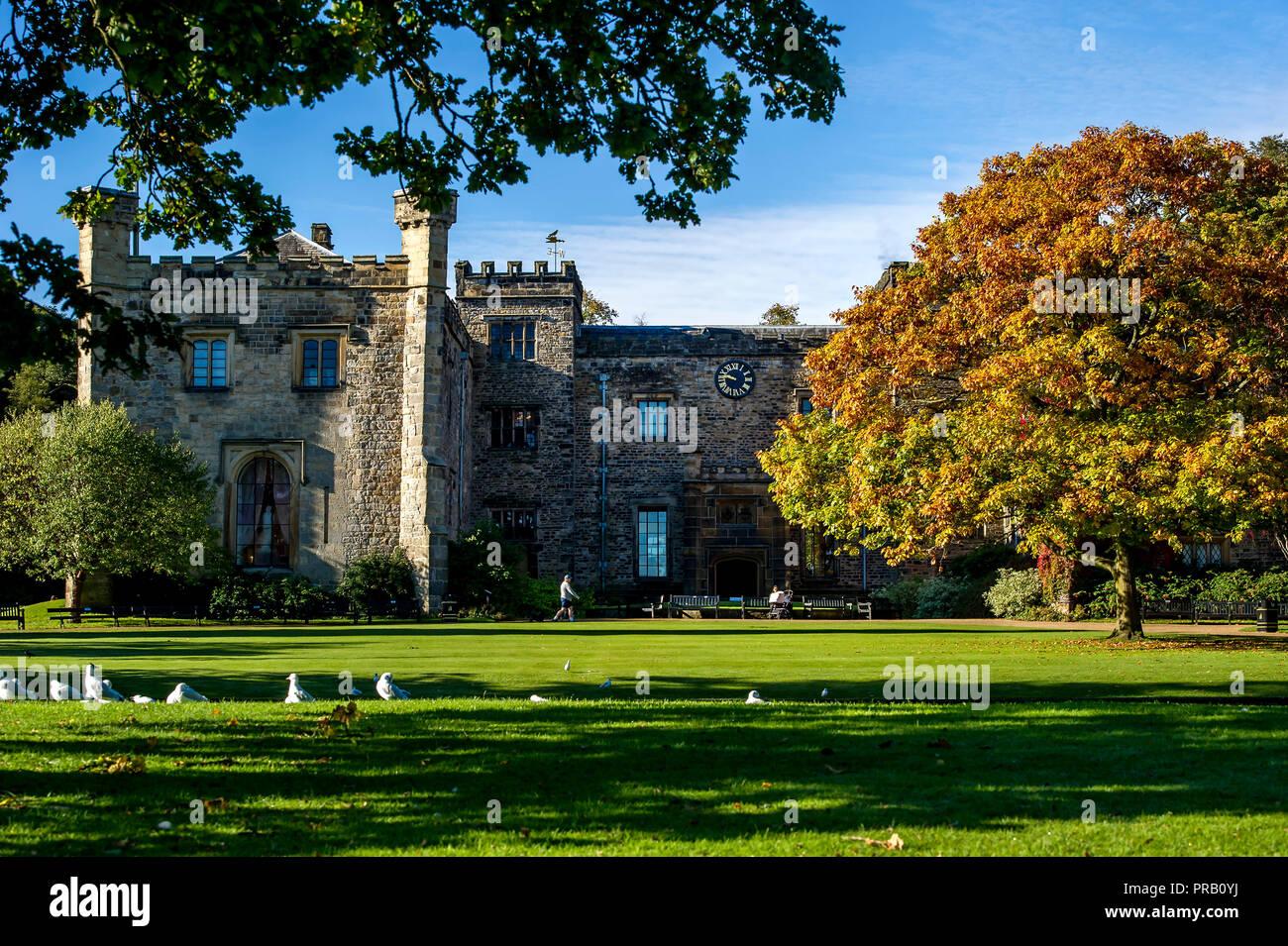 Burnley, Lancashire, Royaume-Uni. 1 octobre, 2018. Soleil d'Automne glorieux pour les visiteurs pour profiter à Towneley Hall à Burnley, Lancashire, le premier jour d'octobre. Photo par Paul Heyes, lundi 01 octobre, 2018. Crédit: Paul Heyes/Alamy Live News Photo Stock