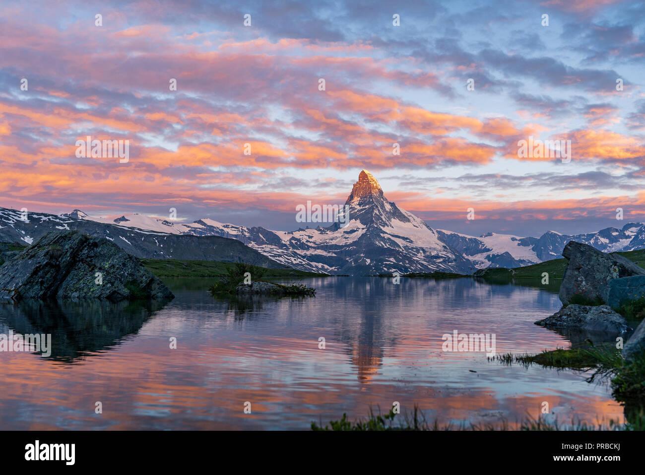 Matin tourné de la golden Matterhorn (Monte Cervino, Mont Cervin) et le lac Stellisee pyramide bleue. Lever du soleil sur montagnes. Valai Banque D'Images