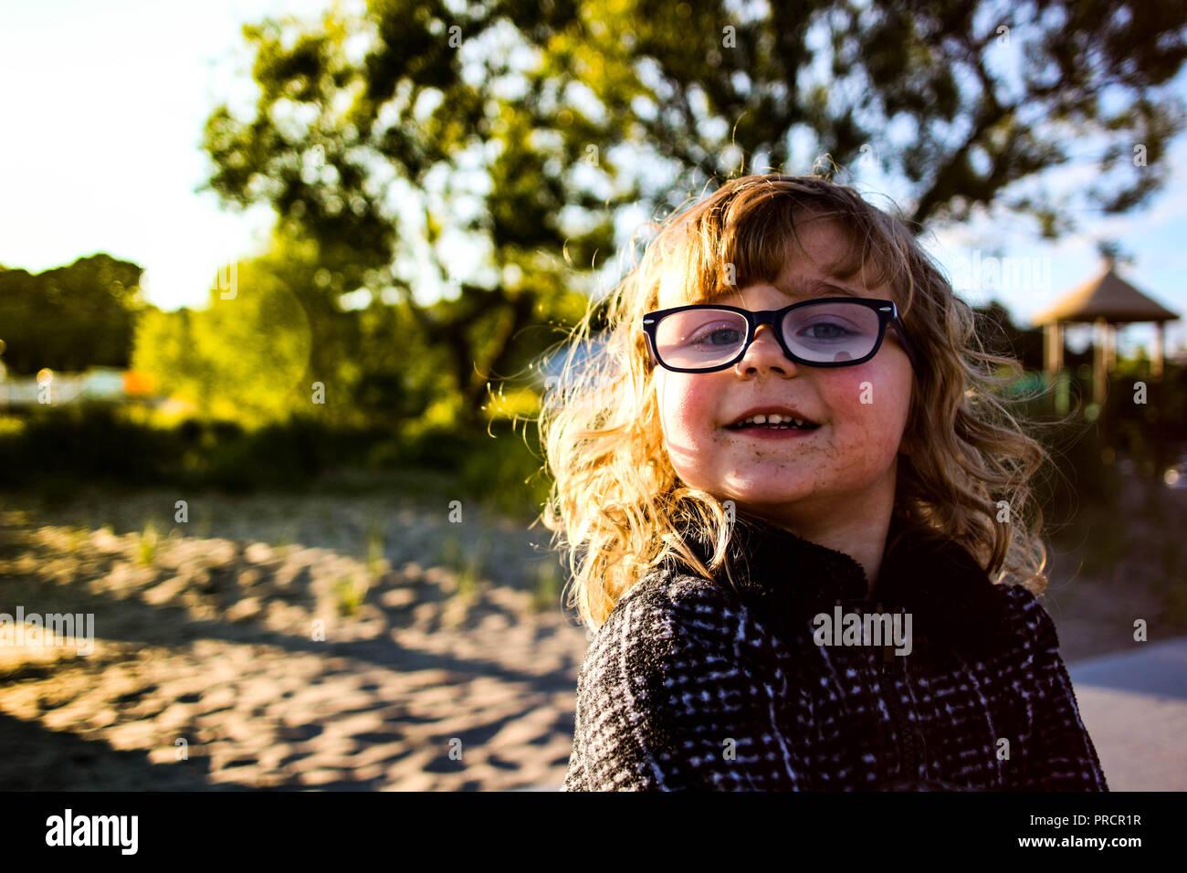 4f65f1ccae Petite fille avec des lunettes de soleil sur la plage au resort ...