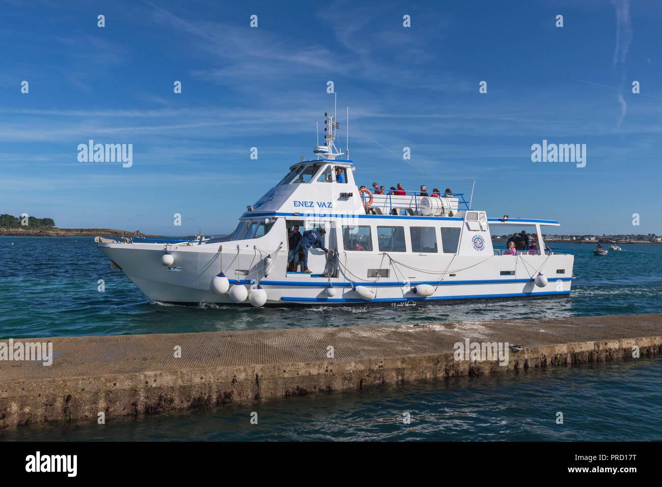 Ferry sur le point d'entreprendre à l'île de Batz après courte distance de Roscoff France Bretagne Finiestere Photo Stock