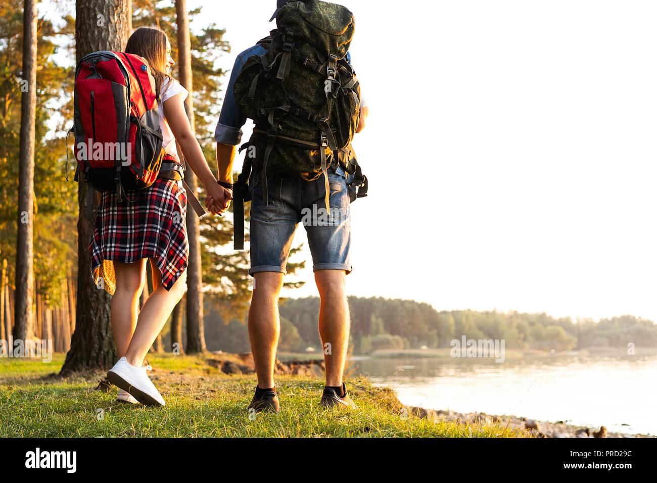 Route difficile. Beau jeune couple randonnées ensemble dans les bois tout en profitant de leur voyage. Banque D'Images