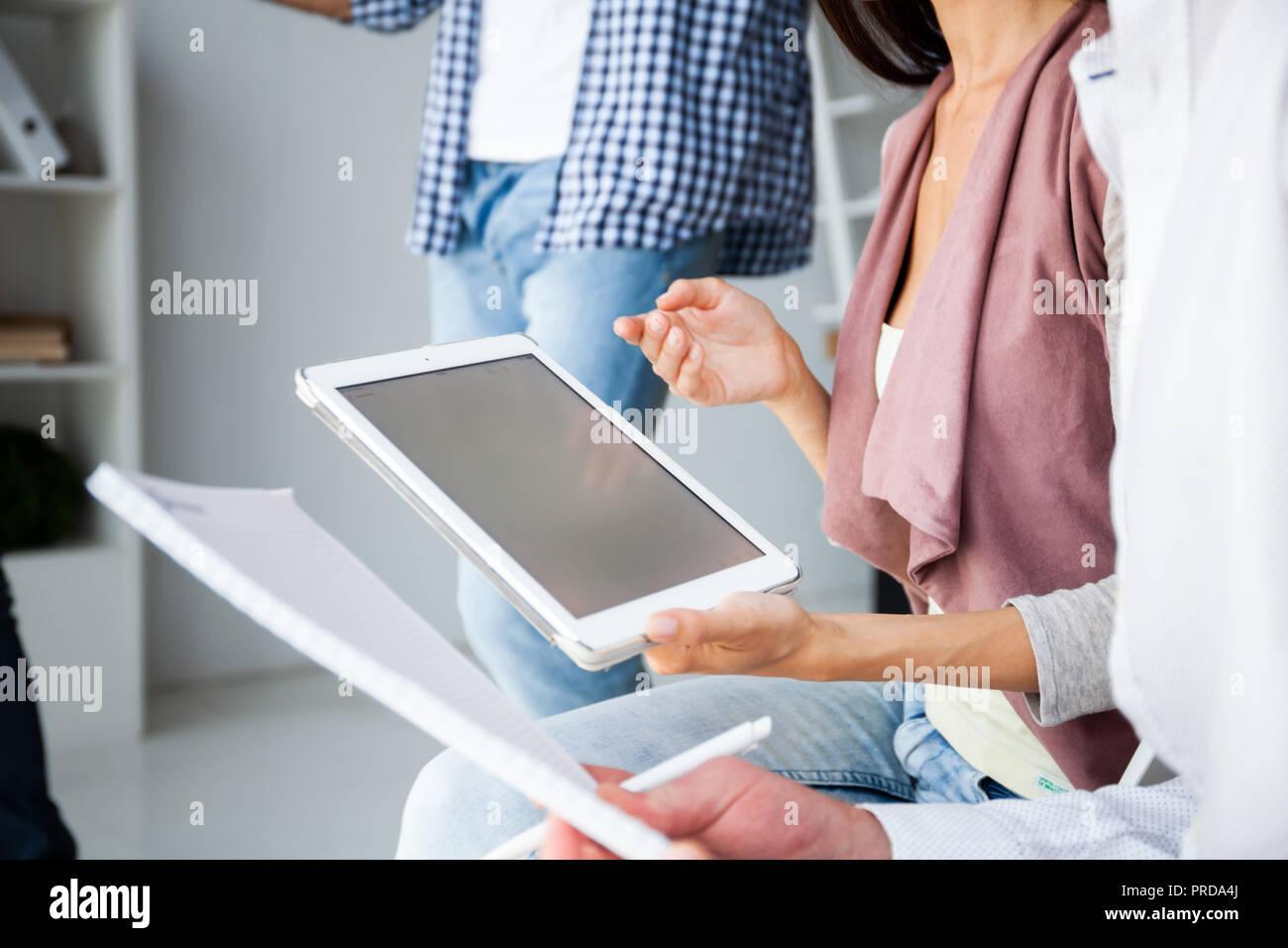 Bureau d'affaires, concept. Woman's hands using tablet avec document financier Banque D'Images