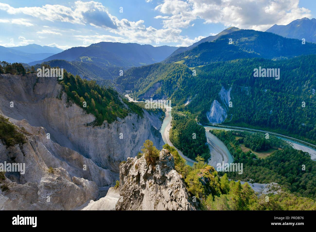 Vue à partir de la plate-forme d'observation Il aux falaises calcaires dans une boucle de la rivière du Vorderrhein, gorges du Rhin ou Ruinaulta, Flims Photo Stock