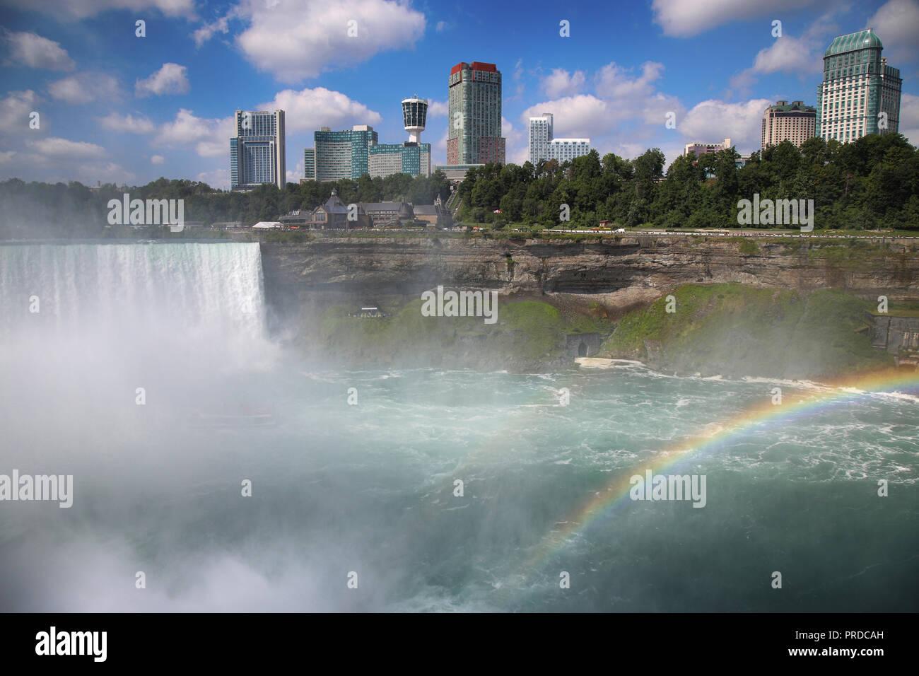 Belle vue sur les chutes Niagara avec Rainbow de l'État de New York, USA Banque D'Images