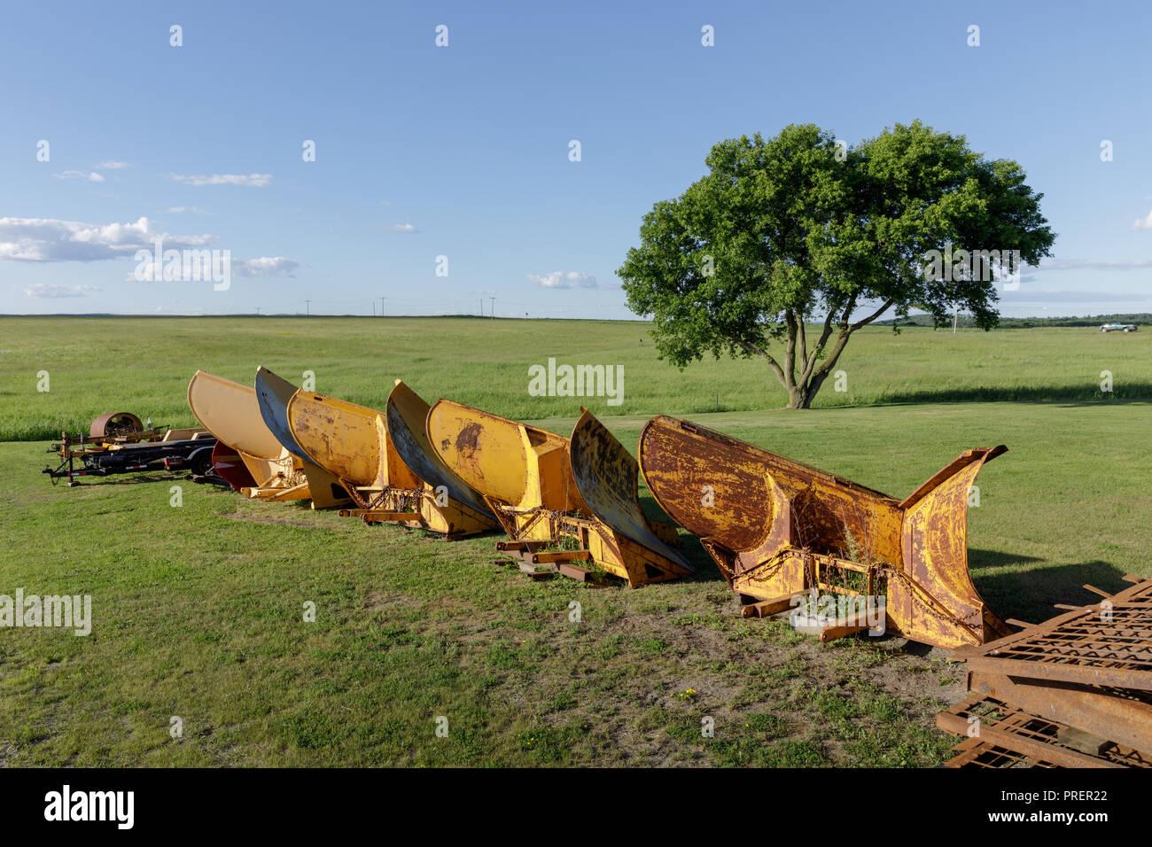 Lames de déneigement se reposer pendant l'été, ville de Palatine, comté de Montgomery, dans la vallée de la Mohawk, l'État de New York. Photo Stock