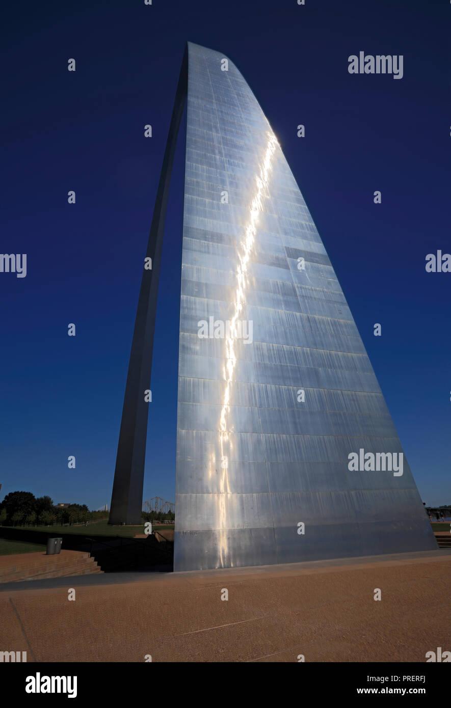 La lumière du soleil se reflète sur les 630 pieds de Gateway Arch de Saint-Louis (Missouri). Banque D'Images