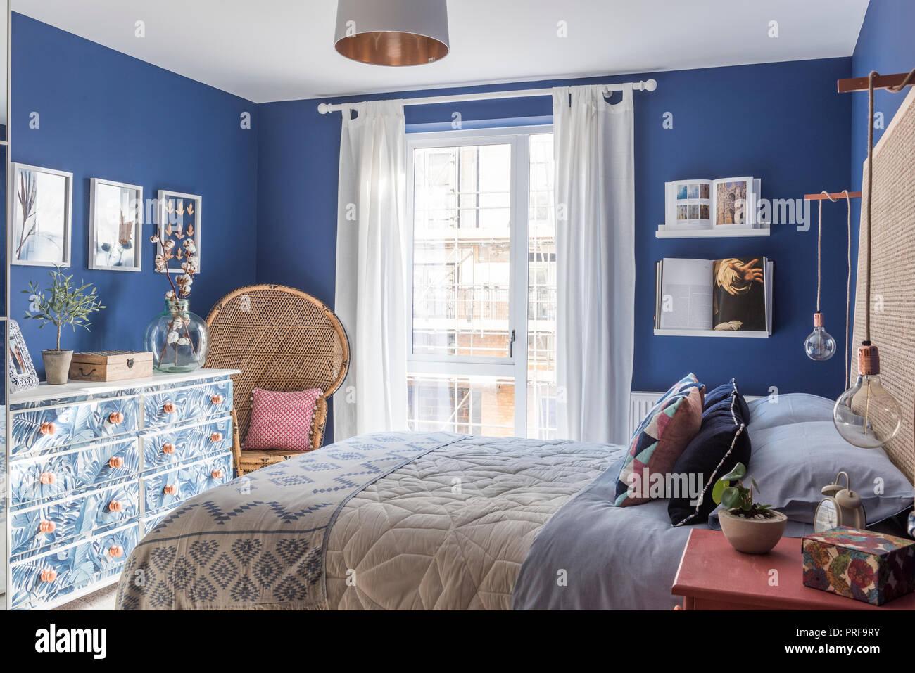 Idee Deco Chambre Londres wicker chair et à motifs de feuilles de commode en chambre