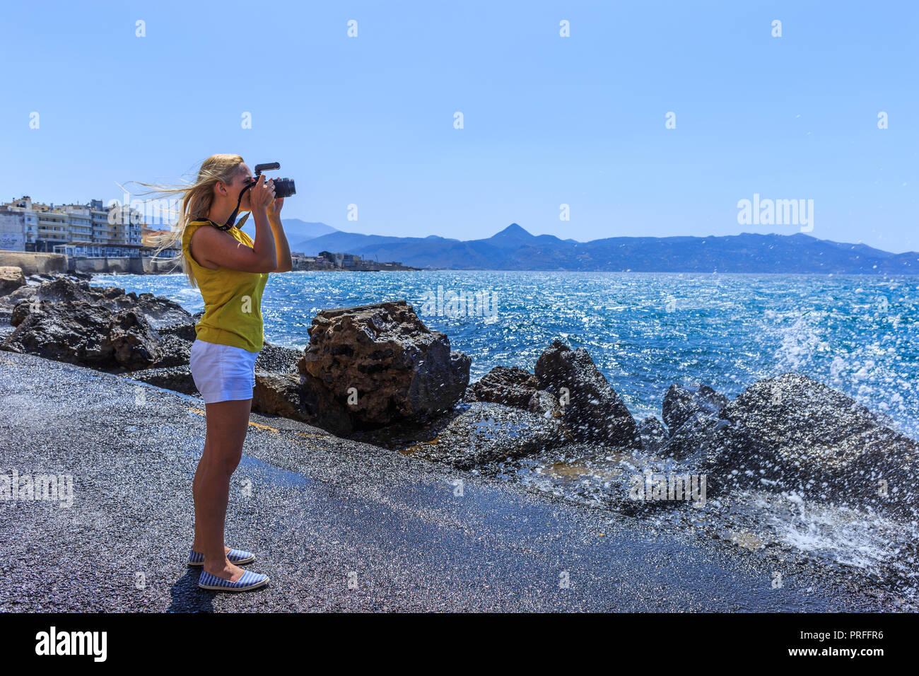 Femme photographe photographe de la nature la prise de vue mer. Concept de voyage Photo Stock