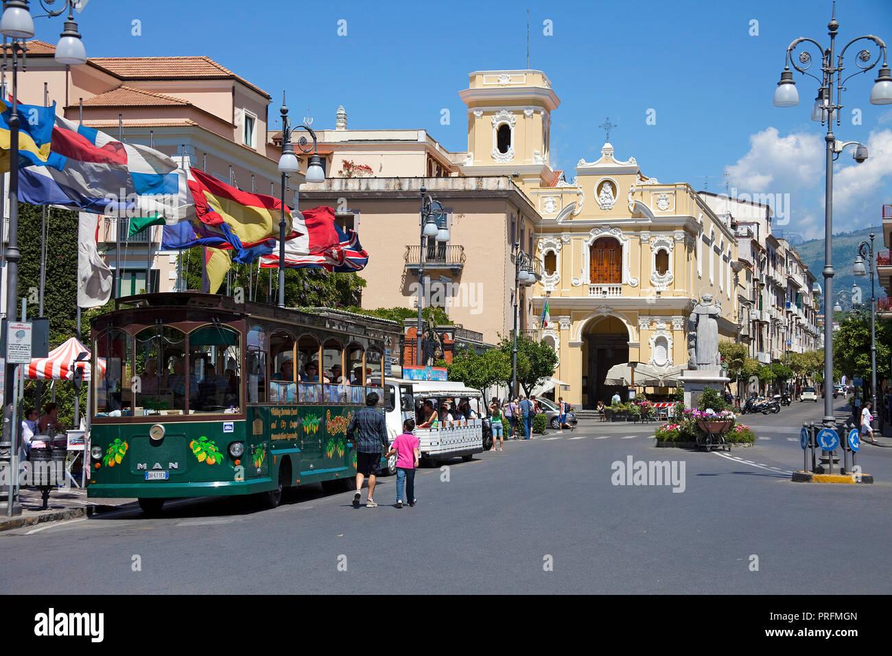 Retro bus touristique à l'église des Carmes, Piazza Tasso, Sorrento, Péninsule de Sorrente, Golfe de Naples, Campanie, Italie Photo Stock