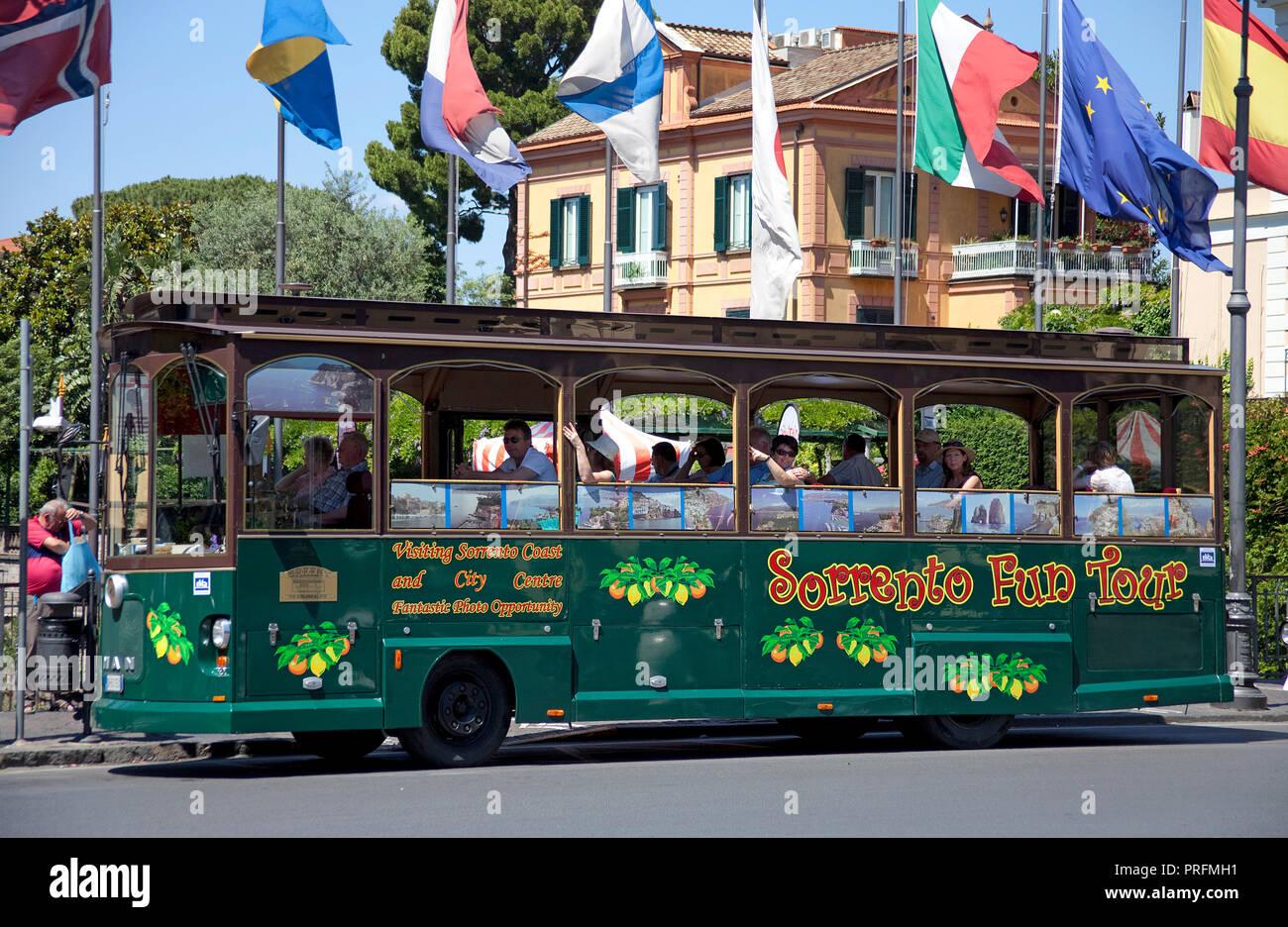 Retro bus touristique à Piazza Tasso, Sorrento, Péninsule de Sorrente, Golfe de Naples, Campanie, Italie Photo Stock