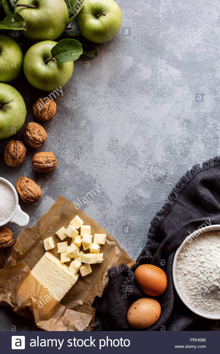 Préparation pour la cuisson d'une tarte aux pommes. Vue d'en haut. Photo Stock