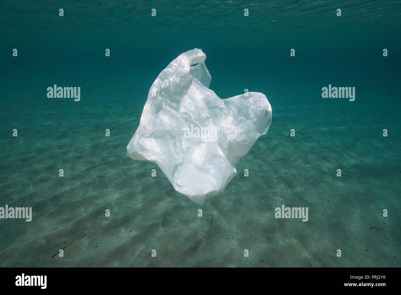La pollution en plastique sous l'eau, un sac à la dérive dans l'océan Photo Stock