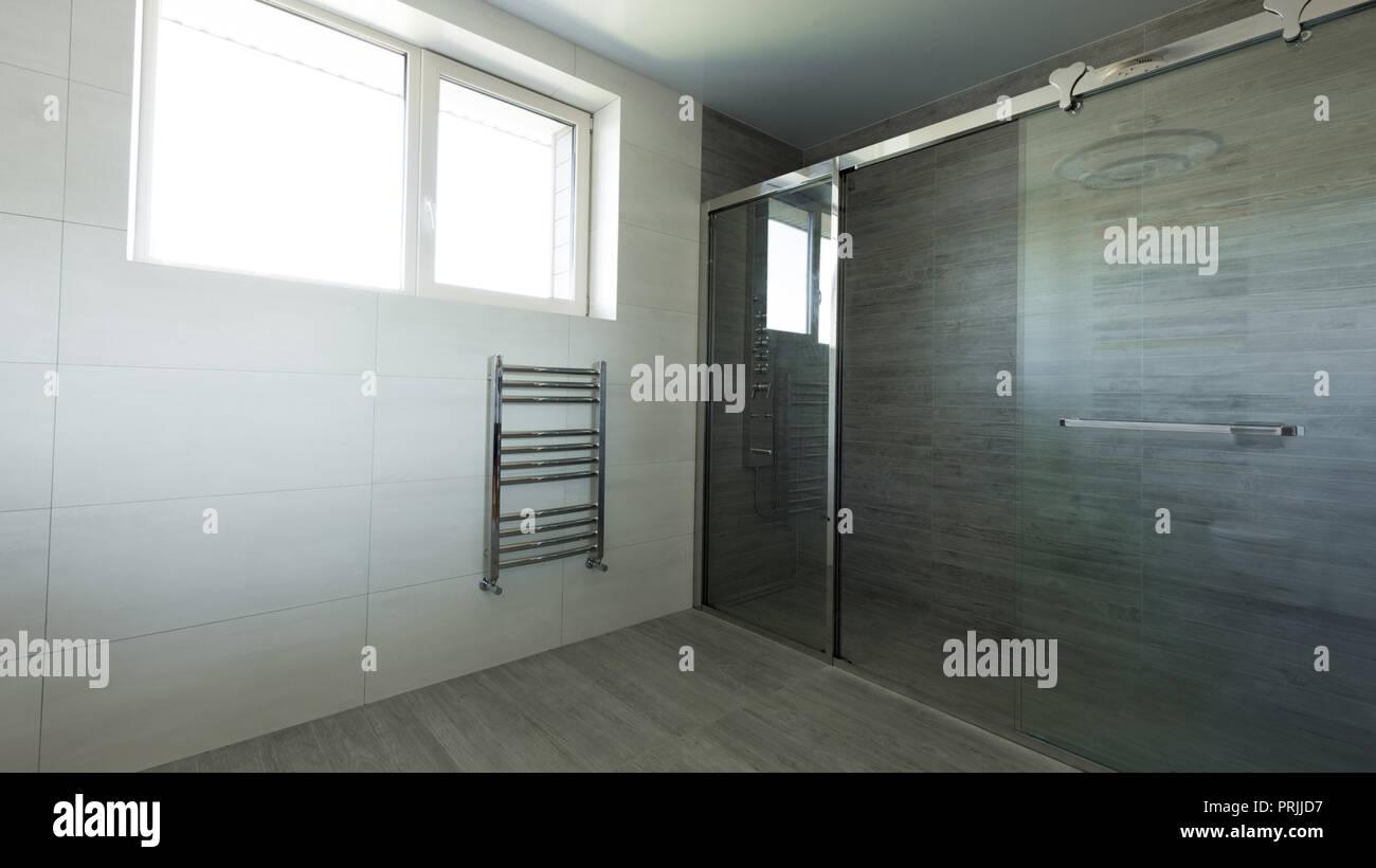 Intérieur de salle de bains avec douche en verre vide en couleur ...