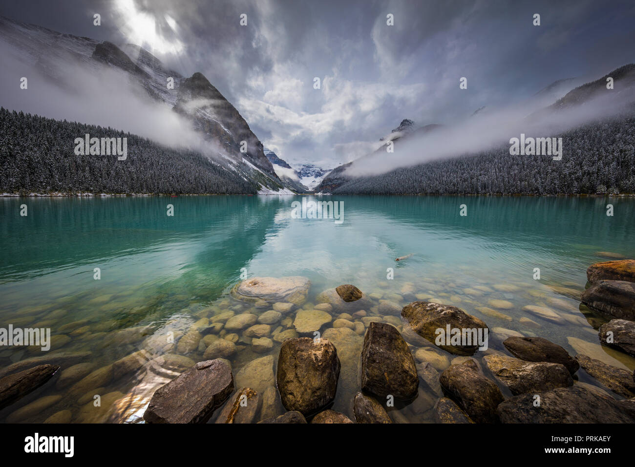 Lake Louise est un lac glaciaire dans le parc national de Banff en Alberta, Canada. Photo Stock