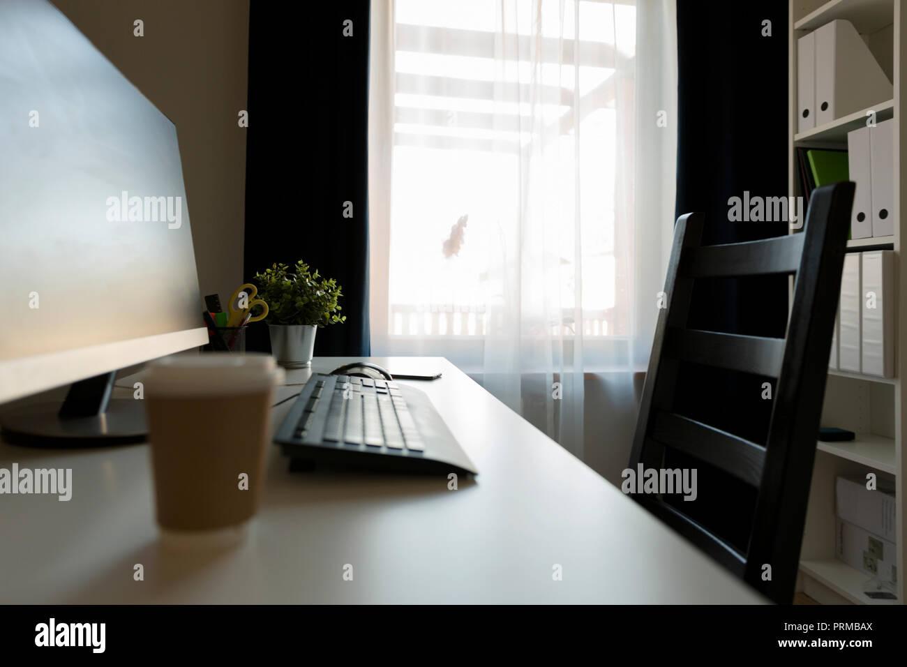 Tasse de café à côté de bureau. computter Travail tard la notion Photo Stock