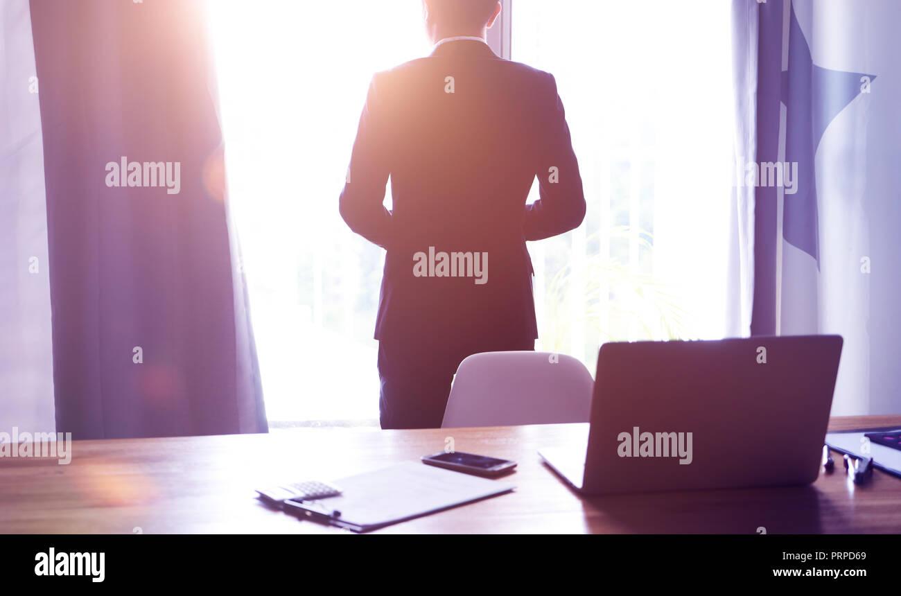 Vue d'angle arrière du businessman thinking la vision future à l'office . Banque D'Images