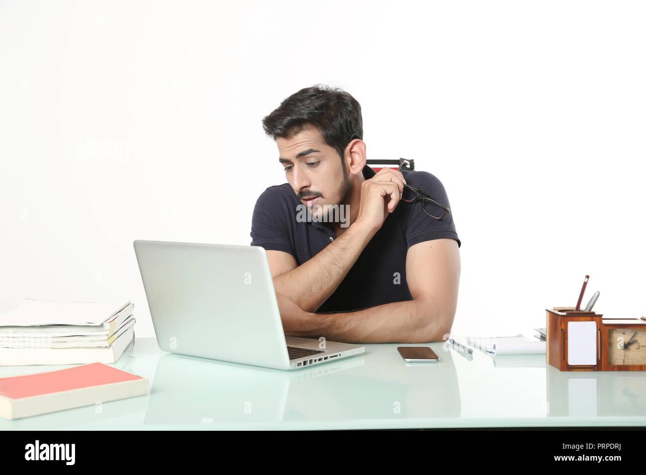 debac0299e L'homme est à la recherche de travail ordinateur portable assis sur la  chaise dans
