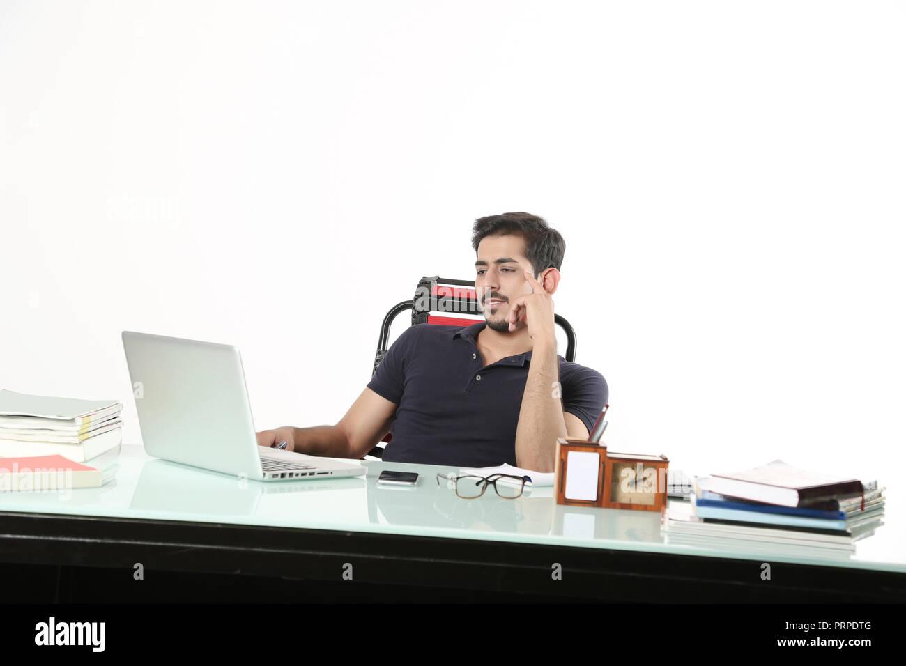 affc03653f L'homme est à la recherche de travail avec ordinateur portable assis sur la  chaise