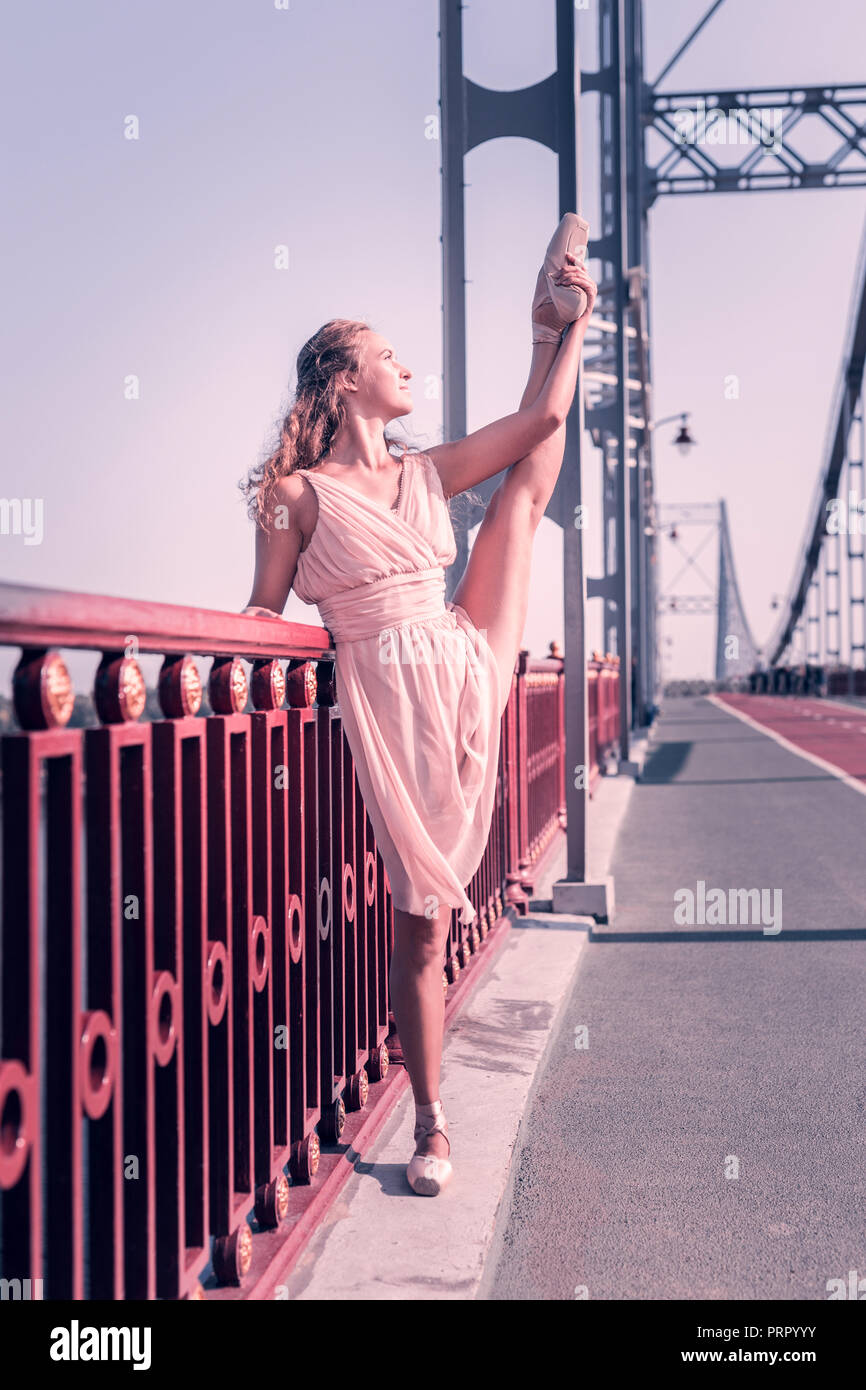 Nice jolie femme montrant sa bonne flexibilité Photo Stock