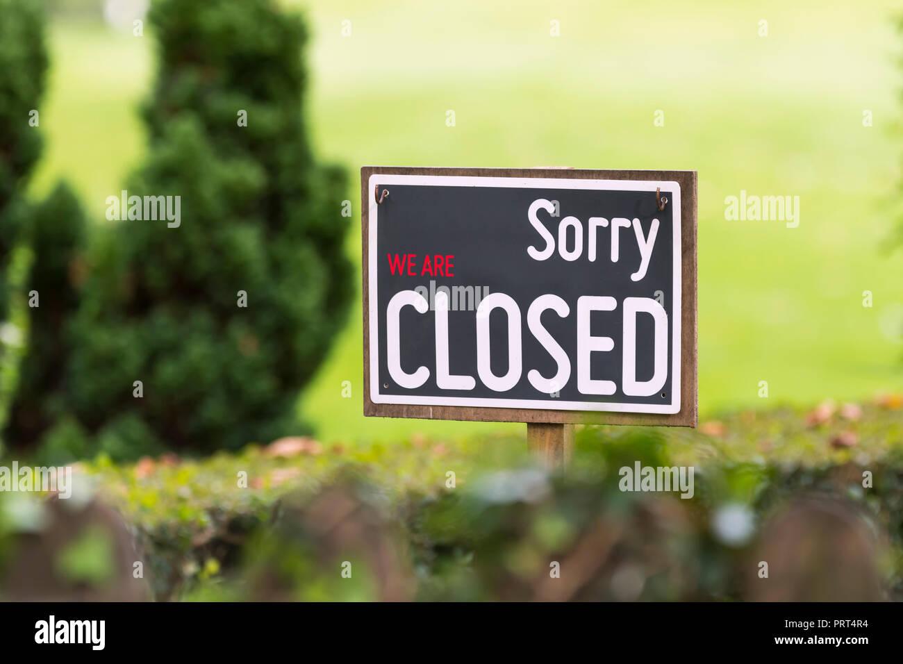 Désolés nous sommes fermés signe extérieur d'un café qui est fermé pour l'année au Royaume-Uni. Signe extérieur clos. Photo Stock