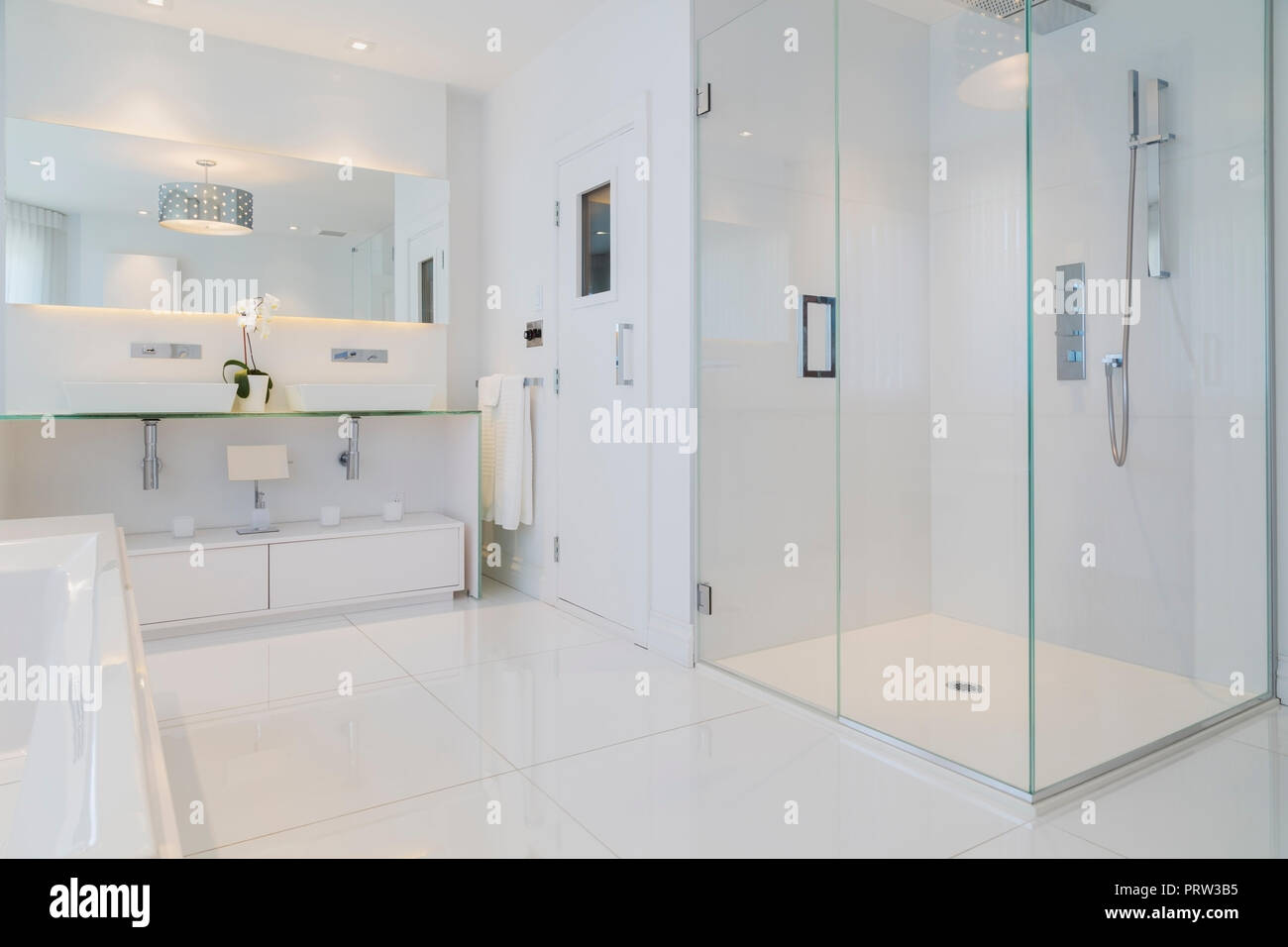 Baignoire blanche, miroir mural, cabine de douche en verre ...