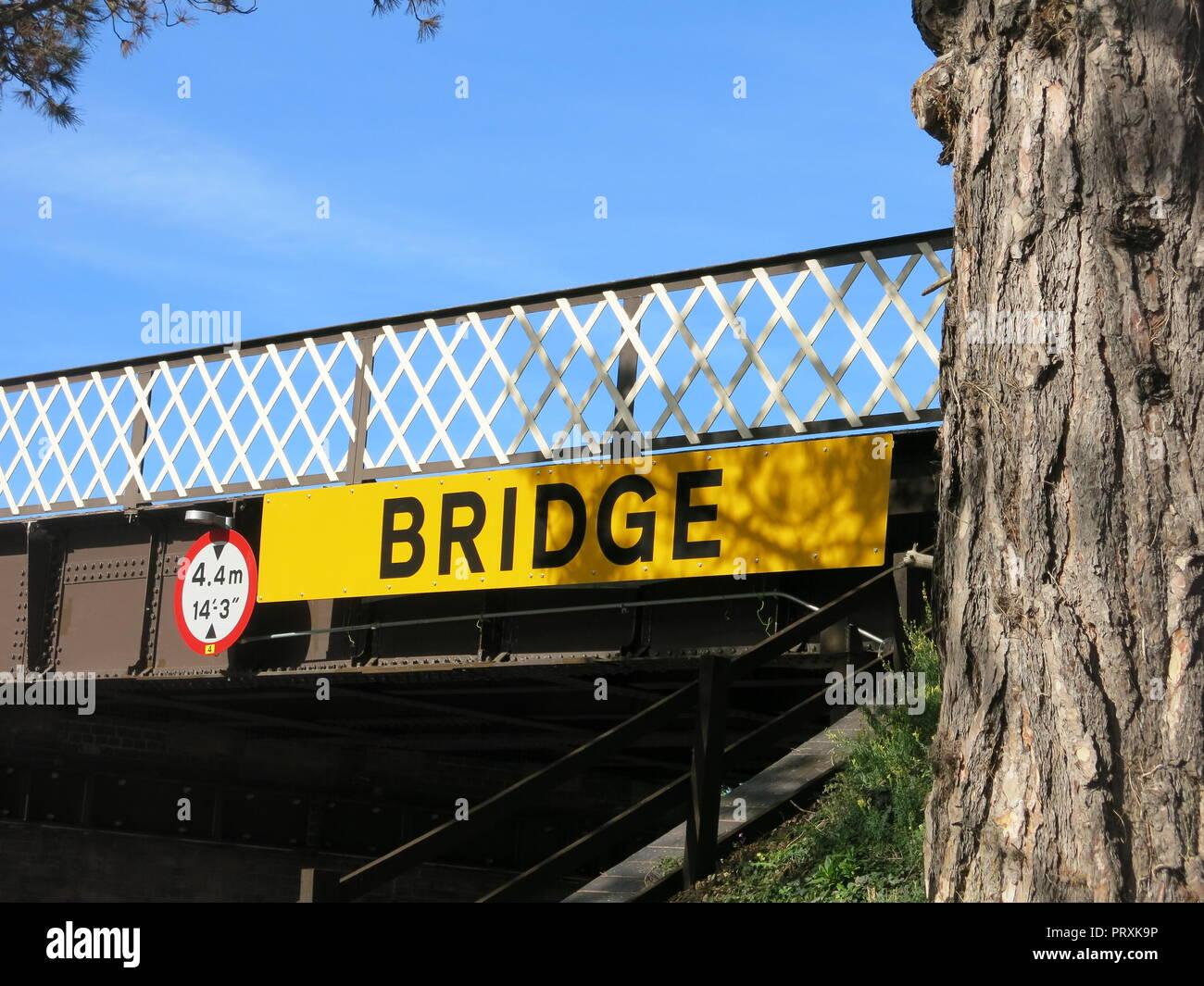 Un grand panneau jaune disant 'Bridge' met en garde contre les restrictions à l'égard de la hauteur sous le pont ferroviaire de Broadway station vapeur, Gloucestershire Warwickshire Photo Stock