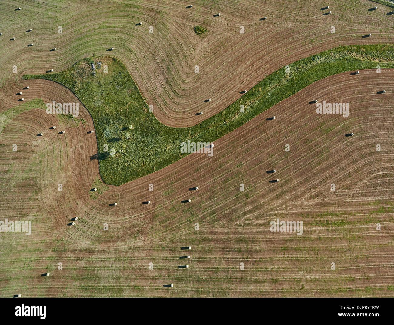 USA, antenne de la culture en contour et bottes de foin dans le Montana Photo Stock