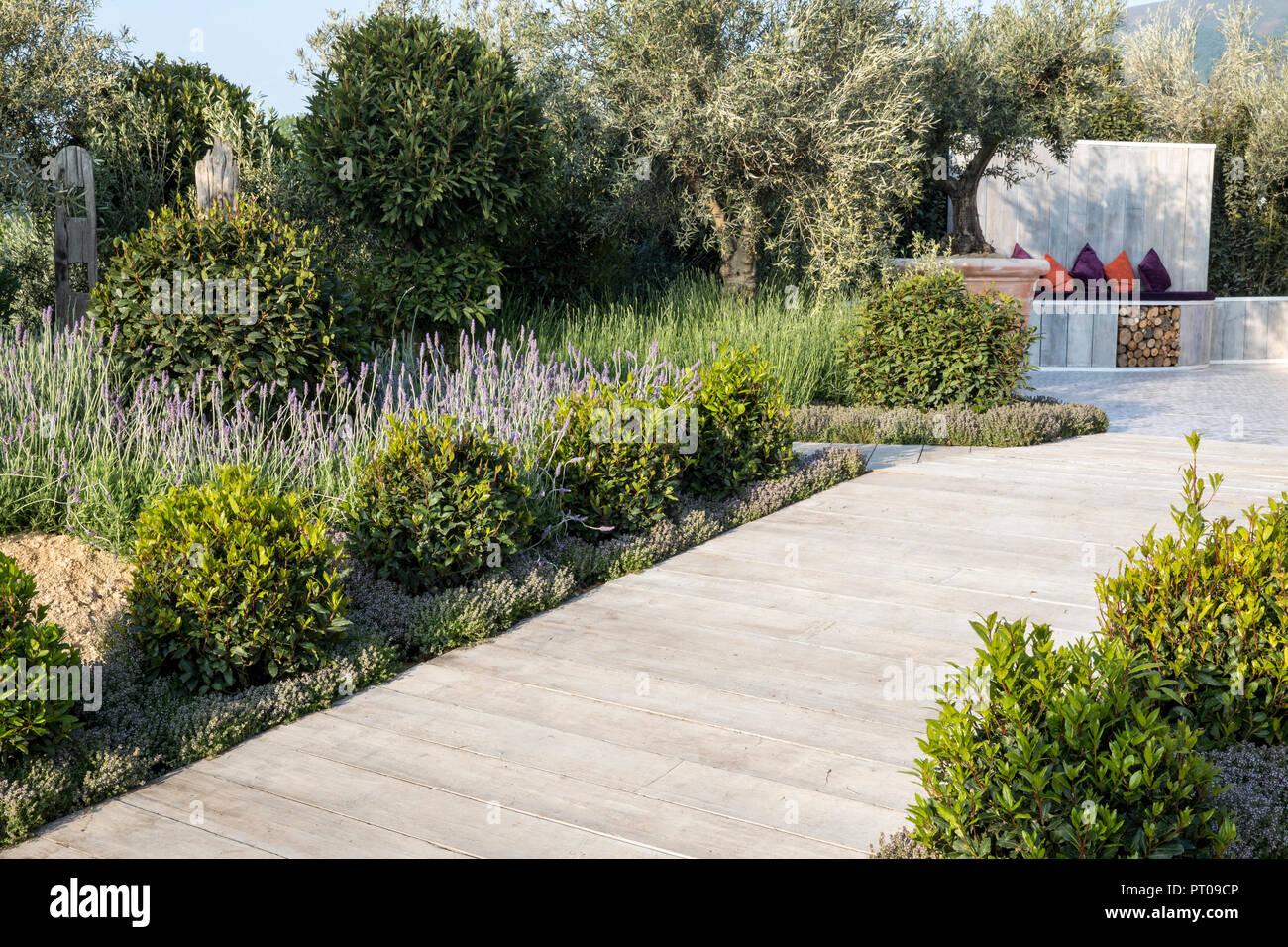 Jardin Mediterraneen Avec Decking En Bois Allee Bordee De Prunus