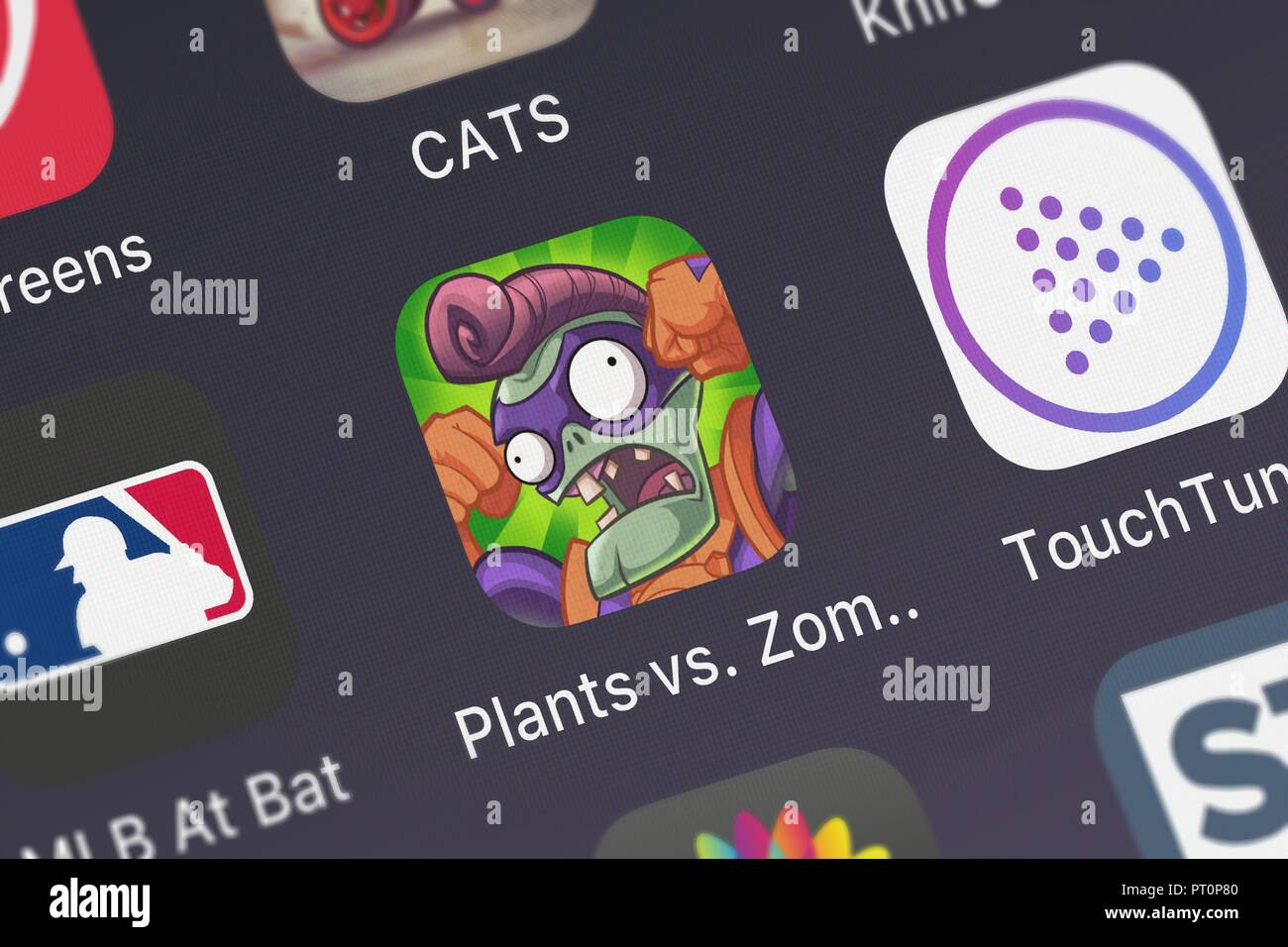 Londres, Royaume-Uni - Octobre 05, 2018 : Close-up shot of Electronic Arts populaires de l'app Plants vs. Zombies™ des héros. Banque D'Images