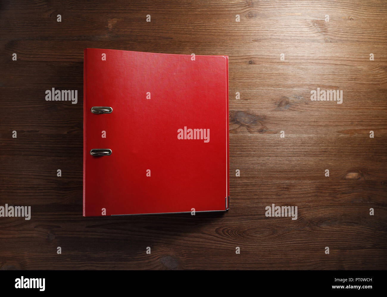 Dossier bureau rouge sur fond de table en bois. dossier de fichier