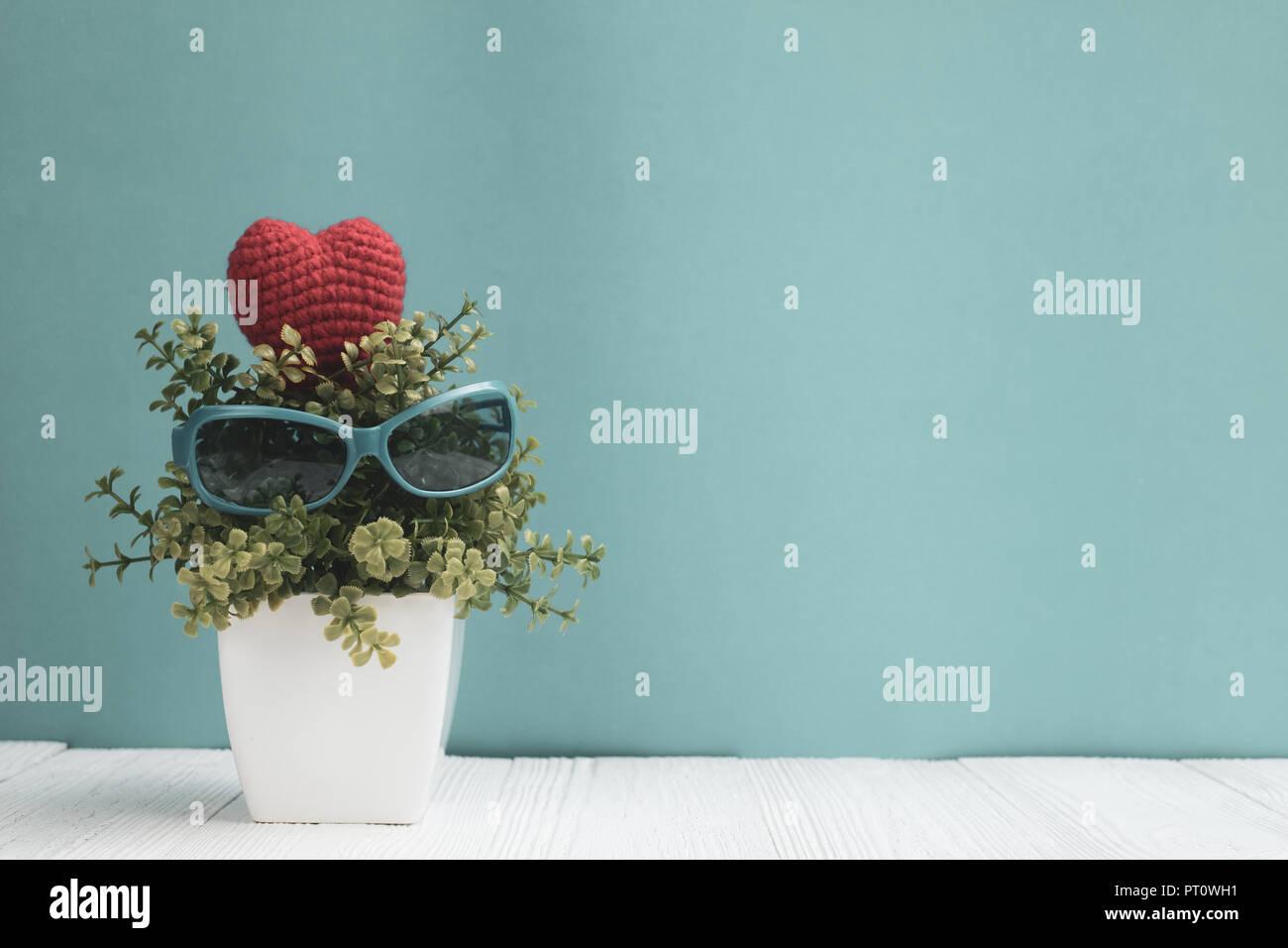 Arbre Bois Blanc Decoration lunettes bleu décoration avec peu d'arbre en vase blanc et